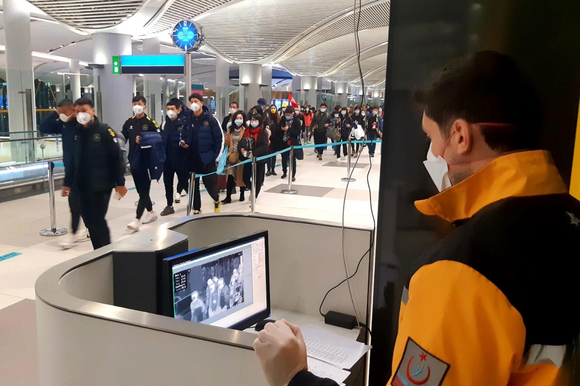 İstanbul Havalimanında koronavirüs taraması yapan personel