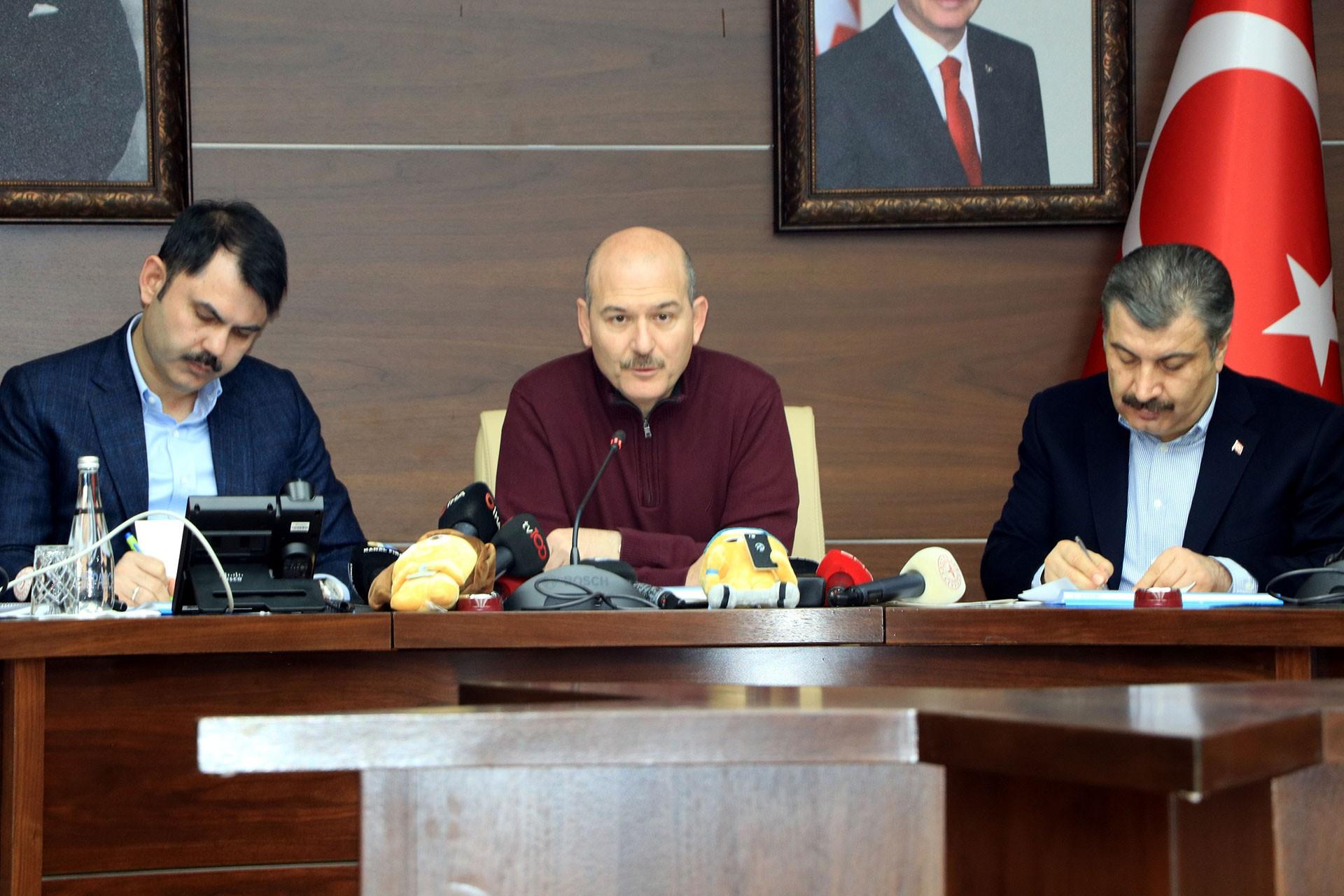 İçişleri Bakanı Süleyman Soylu (ortada), Çevre ve Şehircilik Bakanı Murat Kurum (solda) ve Sağlık Bakanı Fahrettin Koca (sağda)