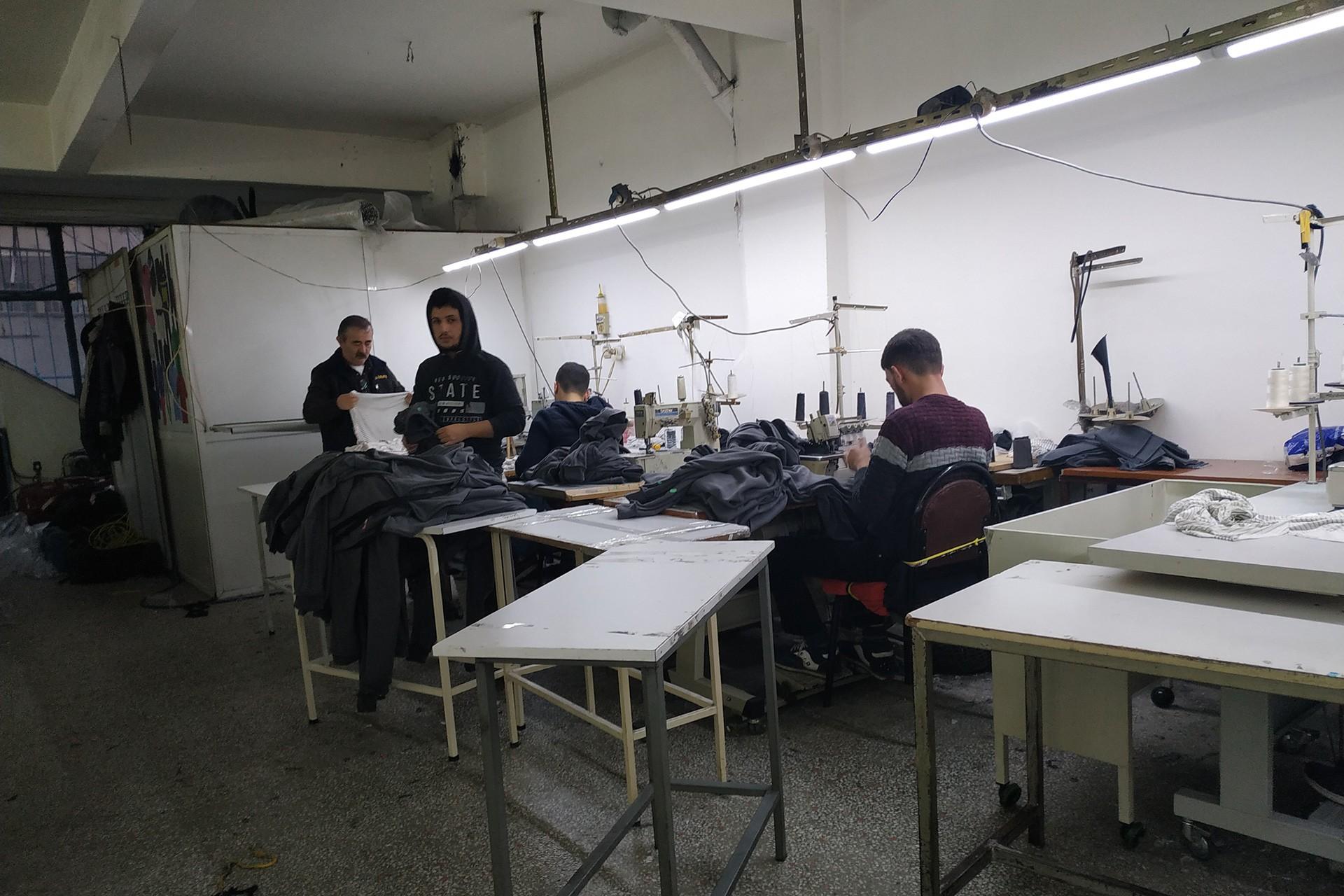 Tekstil atölyesinde çalışan işçiler