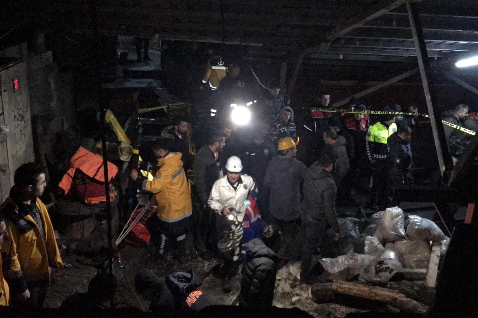 Maden ocağının giriş kısmında kurtarma çalışmaları için hazırlanan çok sayıda madenci ve kurtarma ekibi.