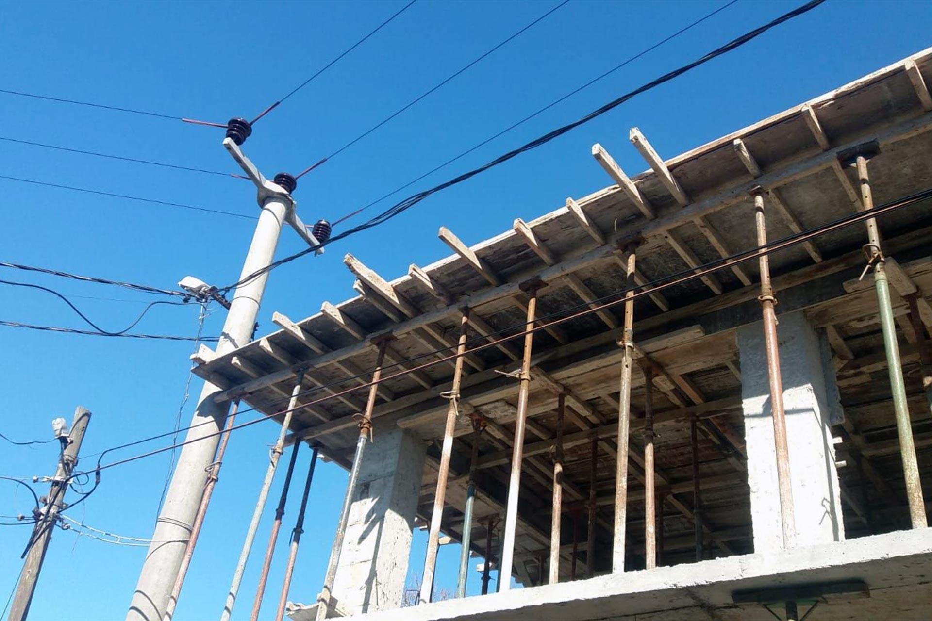 inşaat ve elektrik direği ile elektrik telleri
