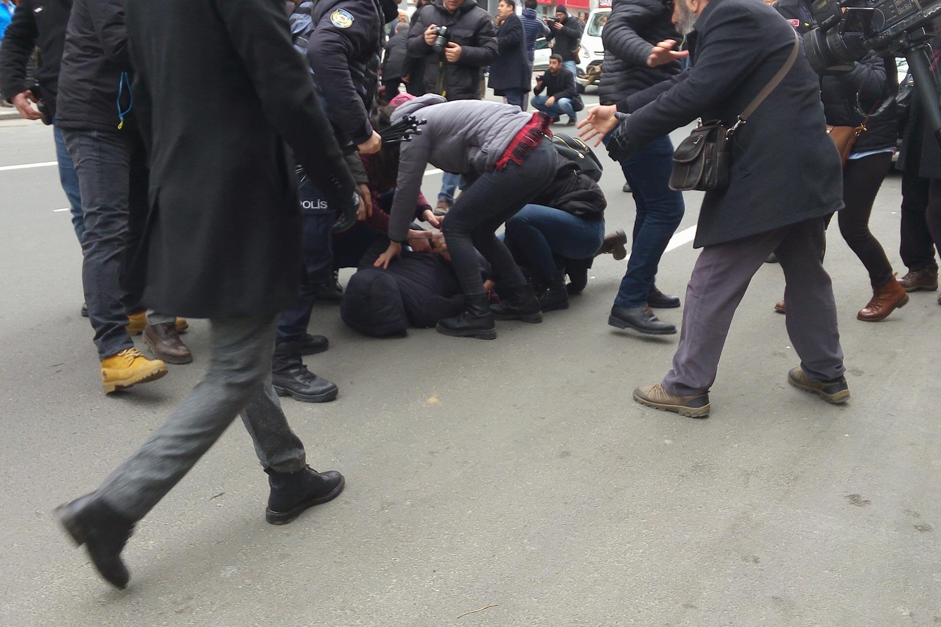 Ankara'da Kızılay binası önünde protesto eylemi yapmak isteyenlere polis engel oldu, 19 kişiyi gözaltına aldı.