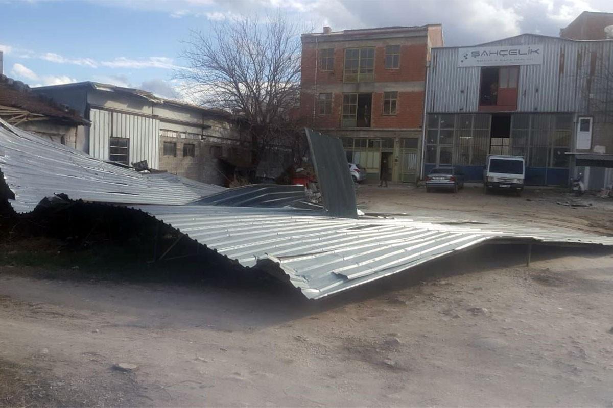 Bursa'da Lodos'un etkisi ile uçan çatı.