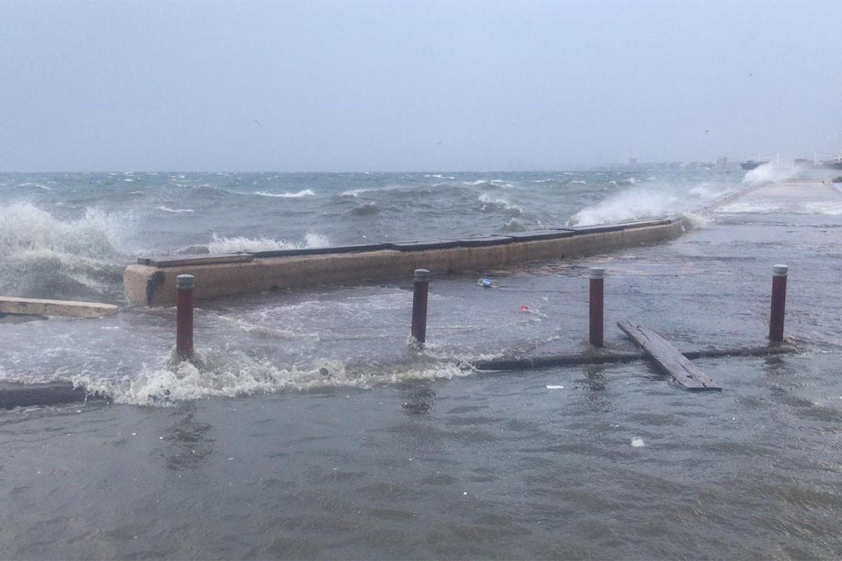 İzmir'de yüksek dalgalar.