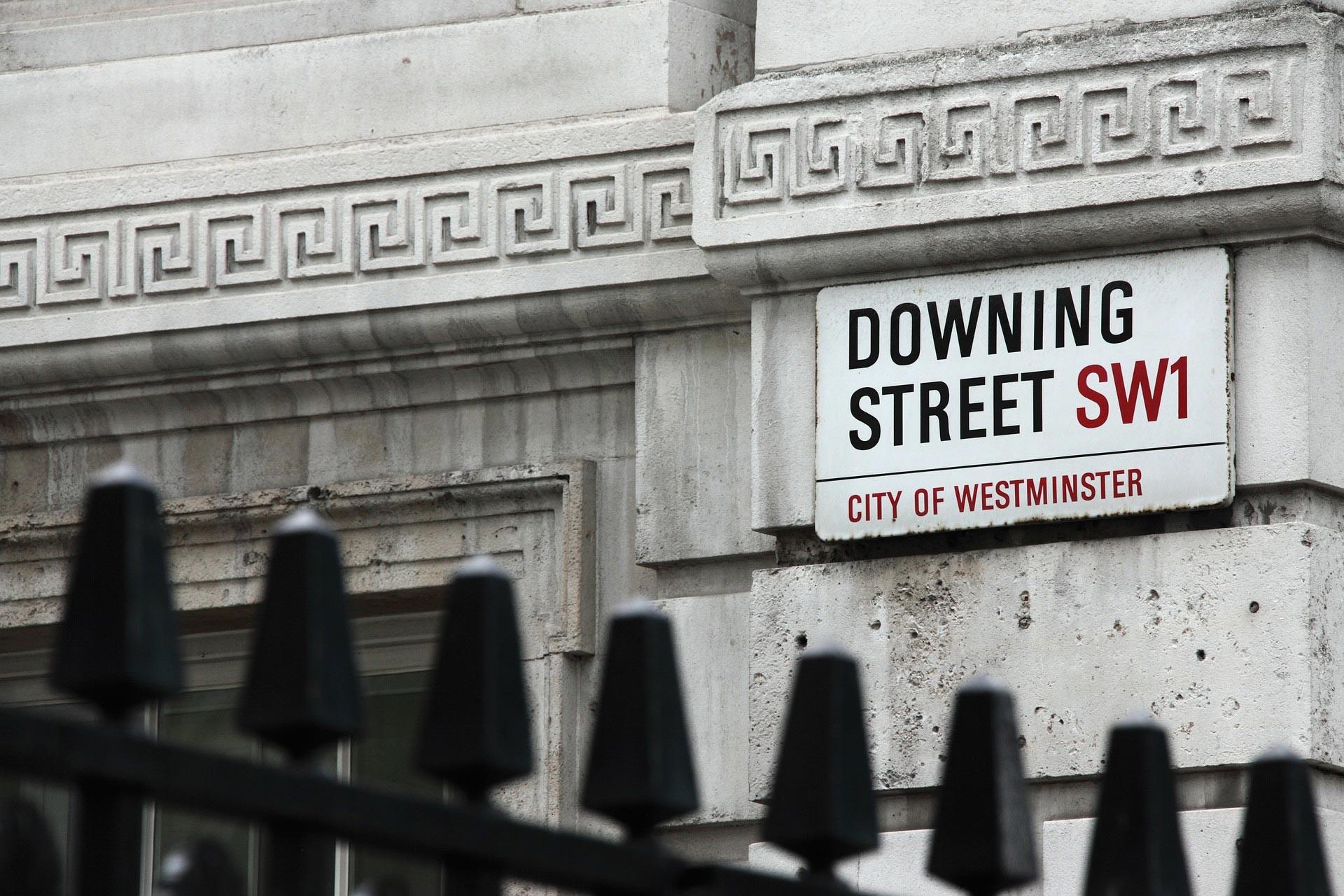 'Downing Street SW1- City of Westminister' yazılı tabela