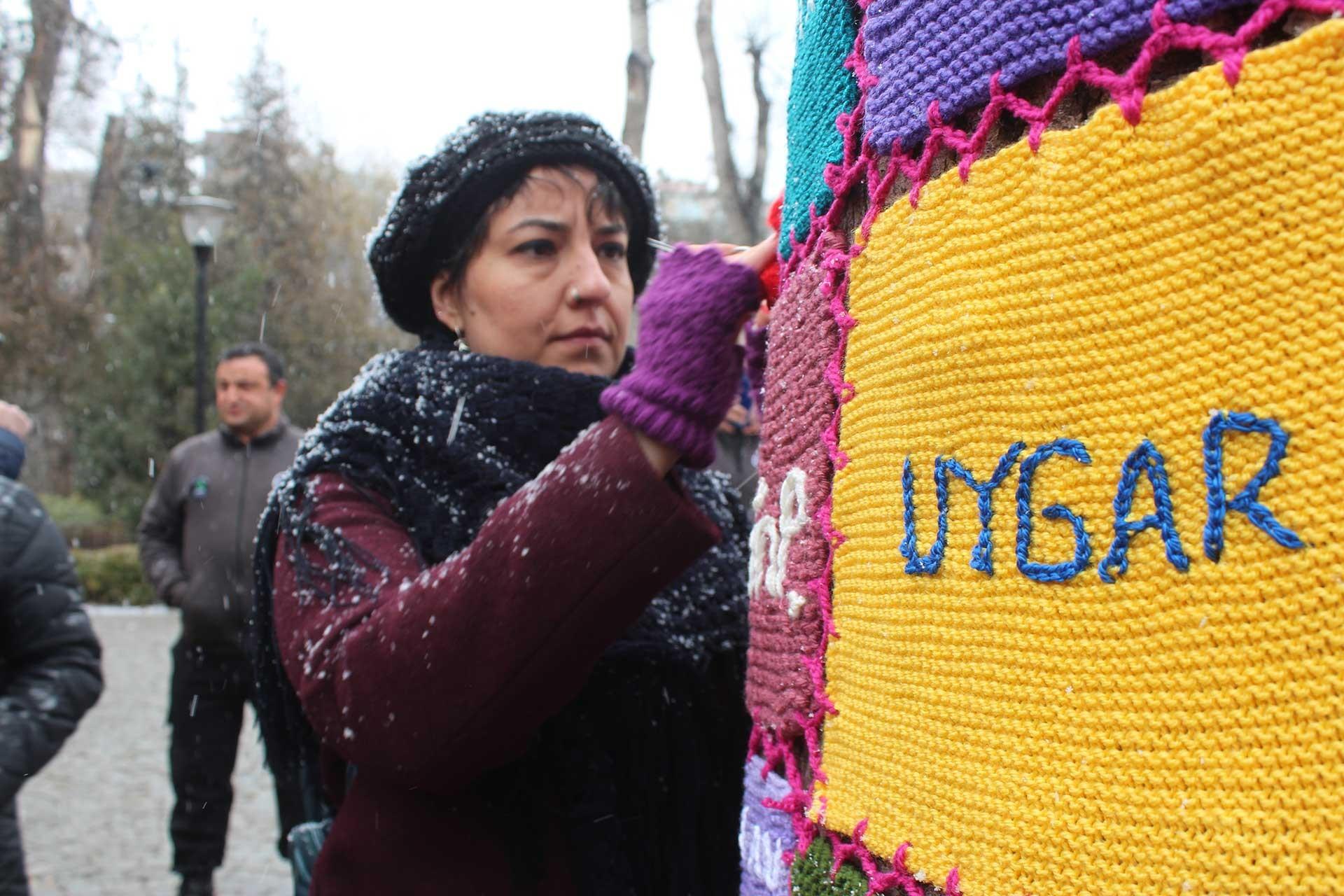 Ankara'da Örgülü Mücadele Grubu'nun giydirdiği ağaç