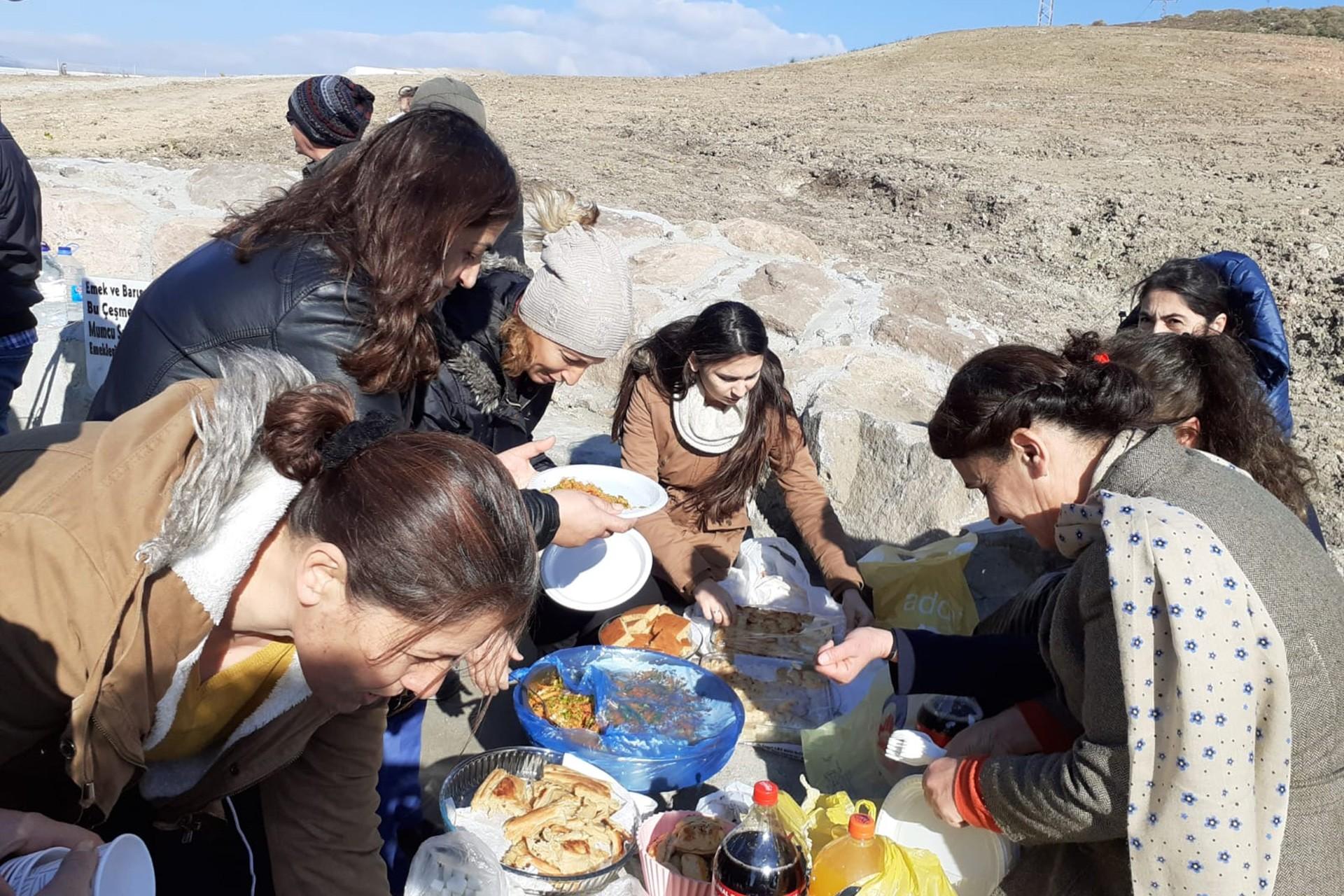Çeşme açılışı, evden getirdikleri yiyeceklerle kurdukları sofrada yemek yiyen kadınlar.