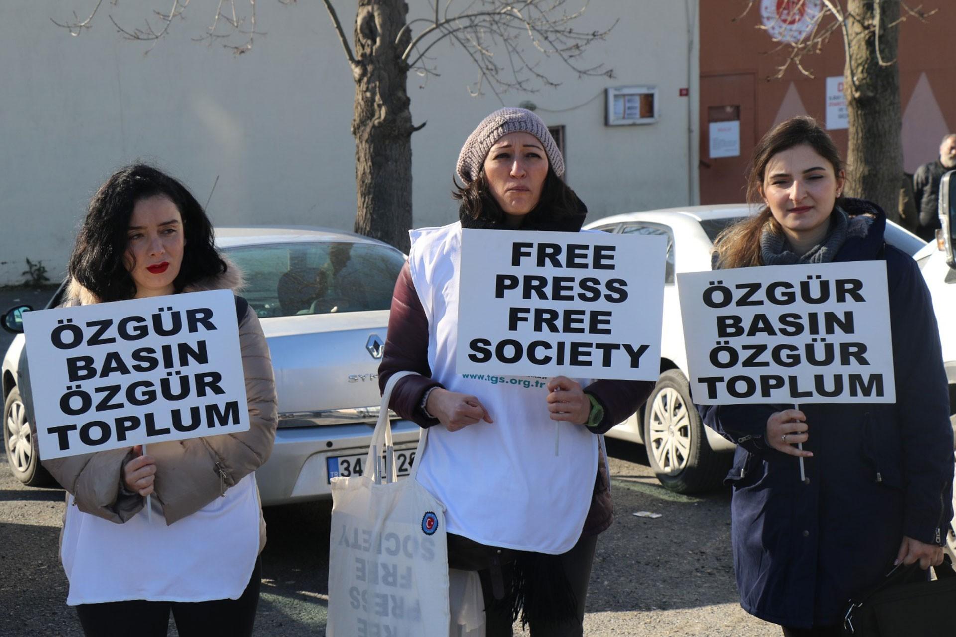 Elinde döviz tutan üç kadın gazeteci