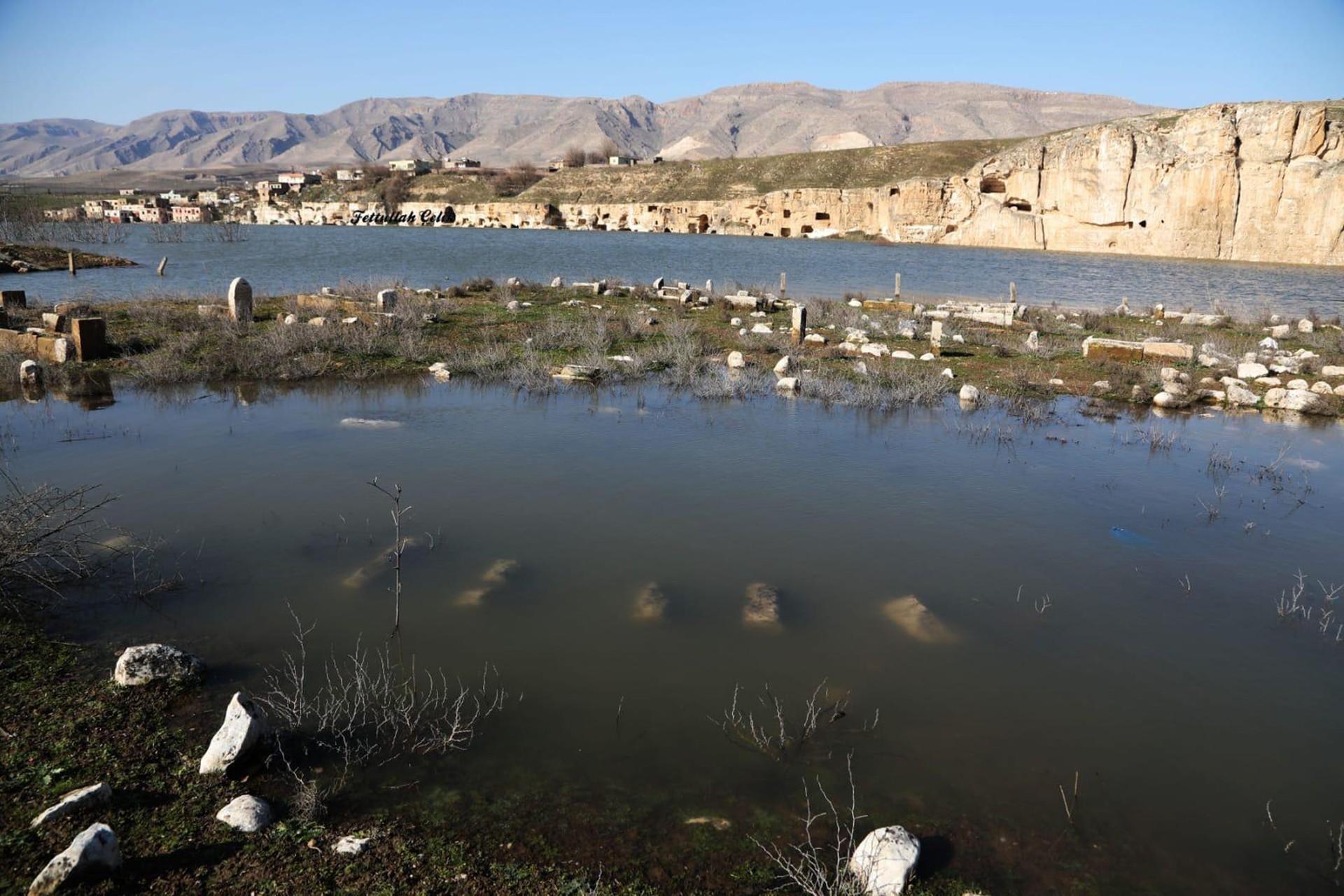 baraj altında kalan mezarlar