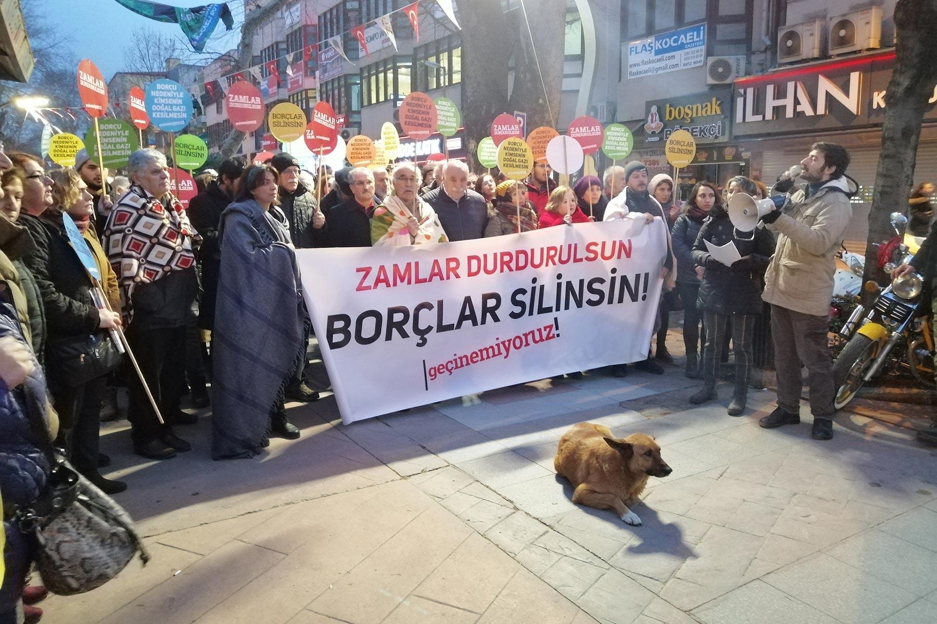 Kocaeli'de emekçiler 'Zamlar durdurulsun, borçlar silinsin, geçinemiyoruz!' pankartı ile basın açıklaması yaparken.
