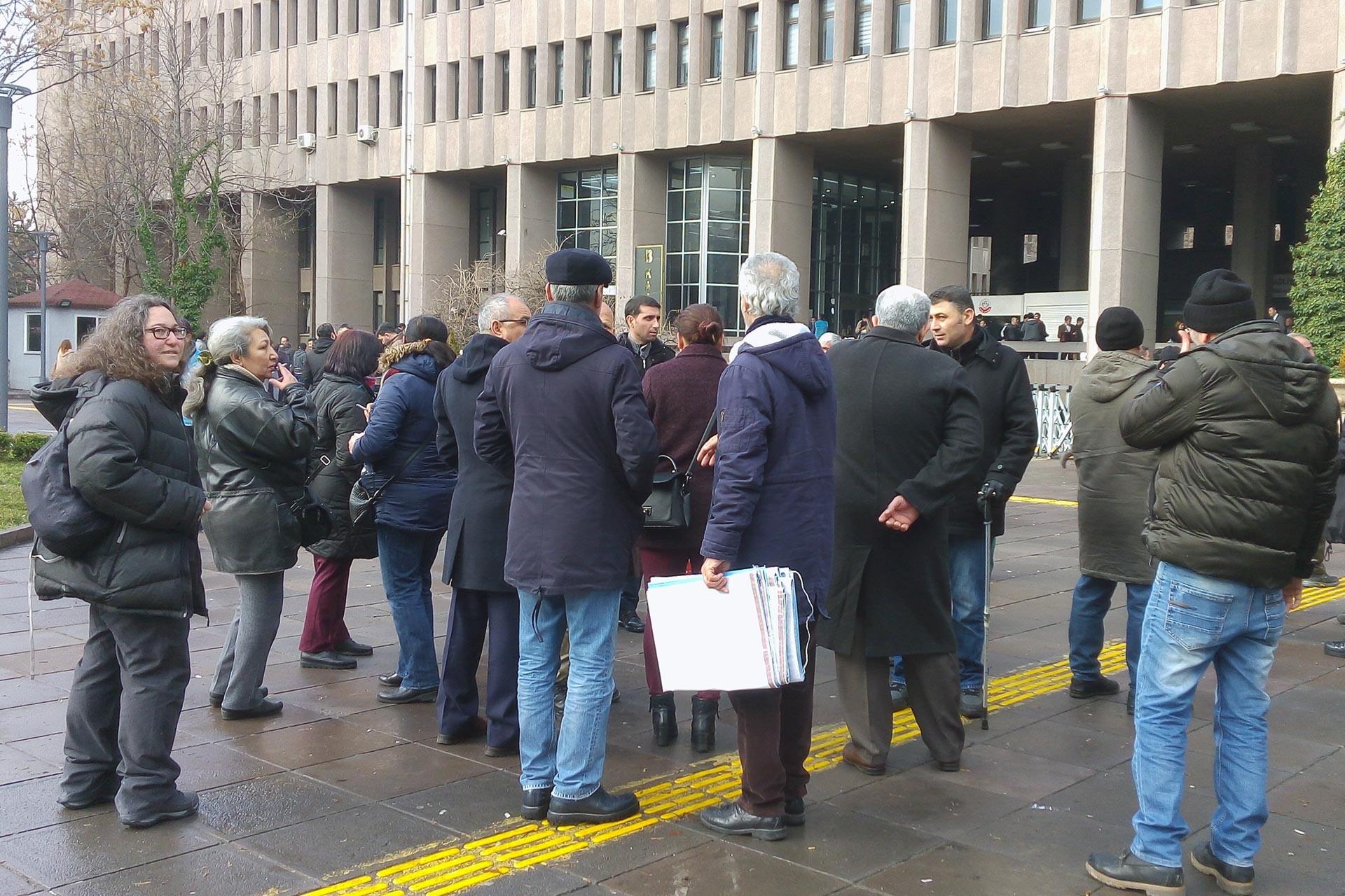 Adliye binası önünde bekleyenler
