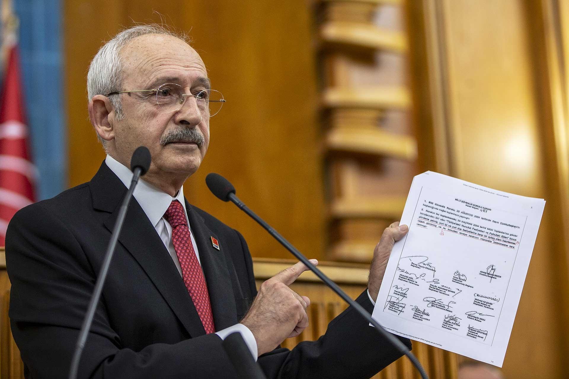 Kemal Kılıçdaroğlu Meclis grup toplantısında konuşurken