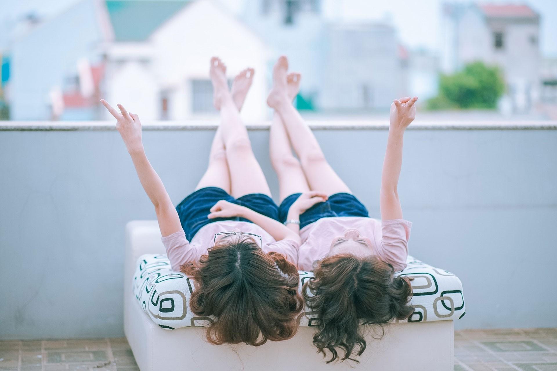 İki genç kadın
