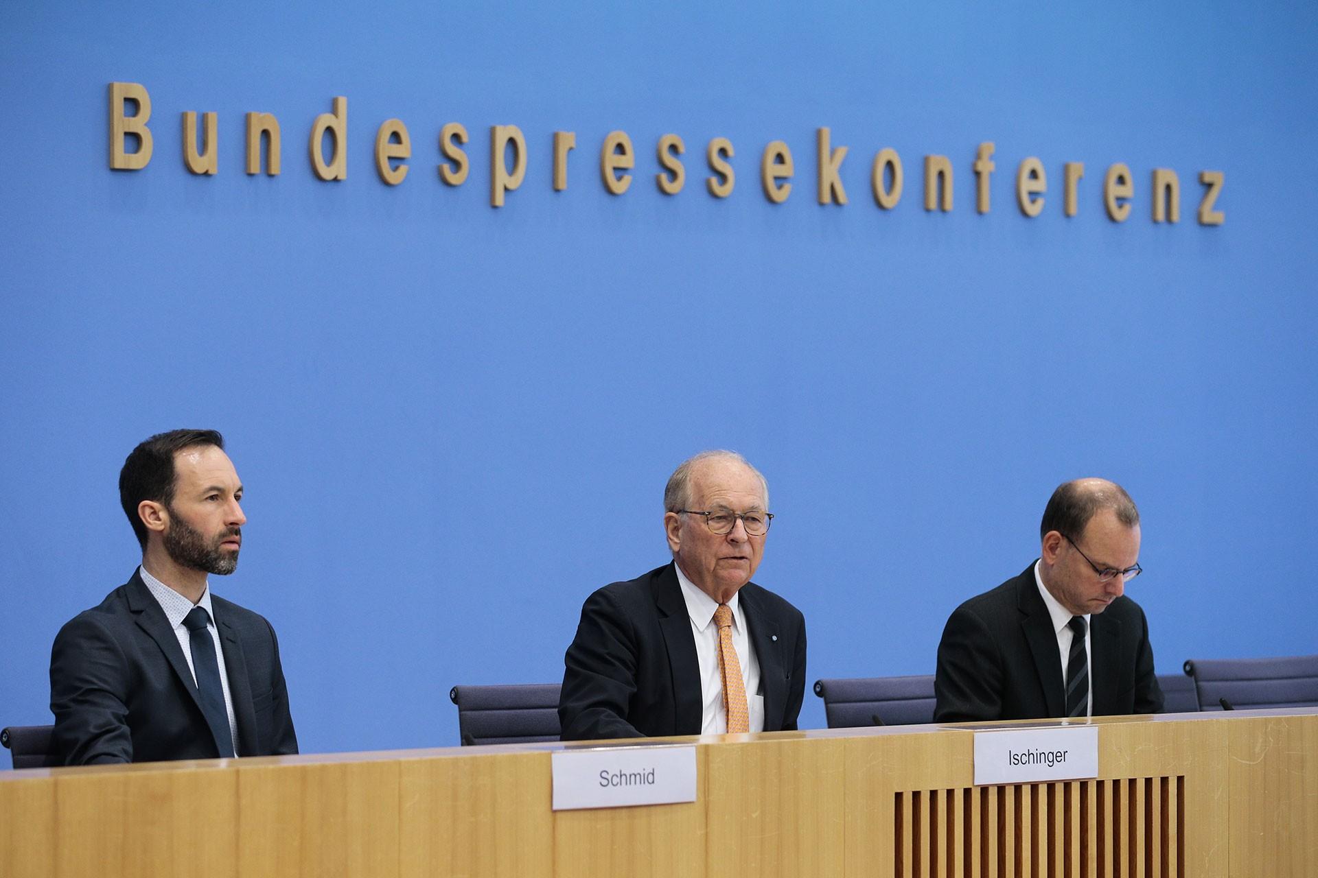 Münih Güvenlik Konferansı Başkanı Wolfgang Ischinger (ortada)