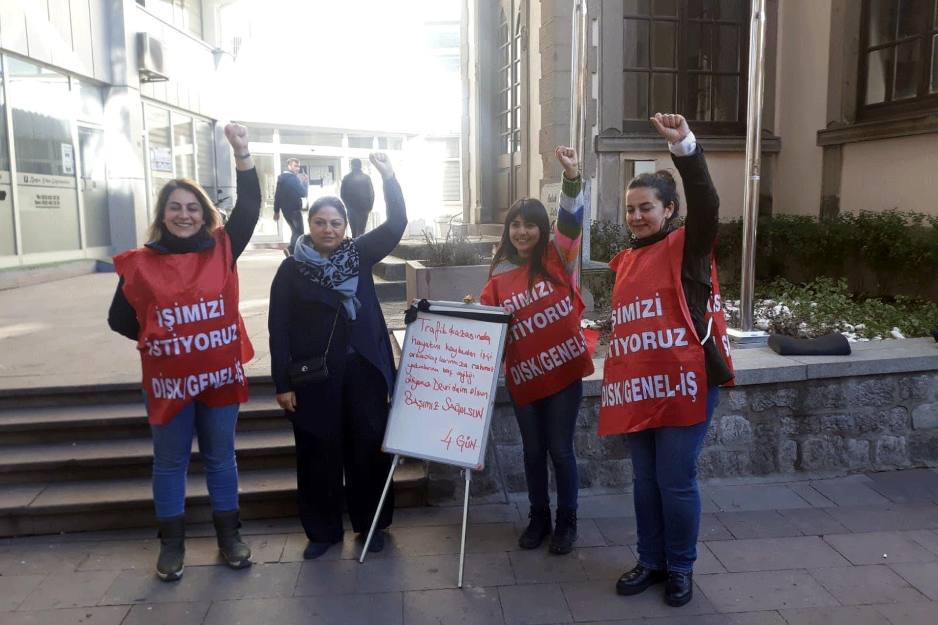 Bergama Belediyesinde işten atılan işçileri CHP'li Zeynep Altıok Akatlı ziyaret etti