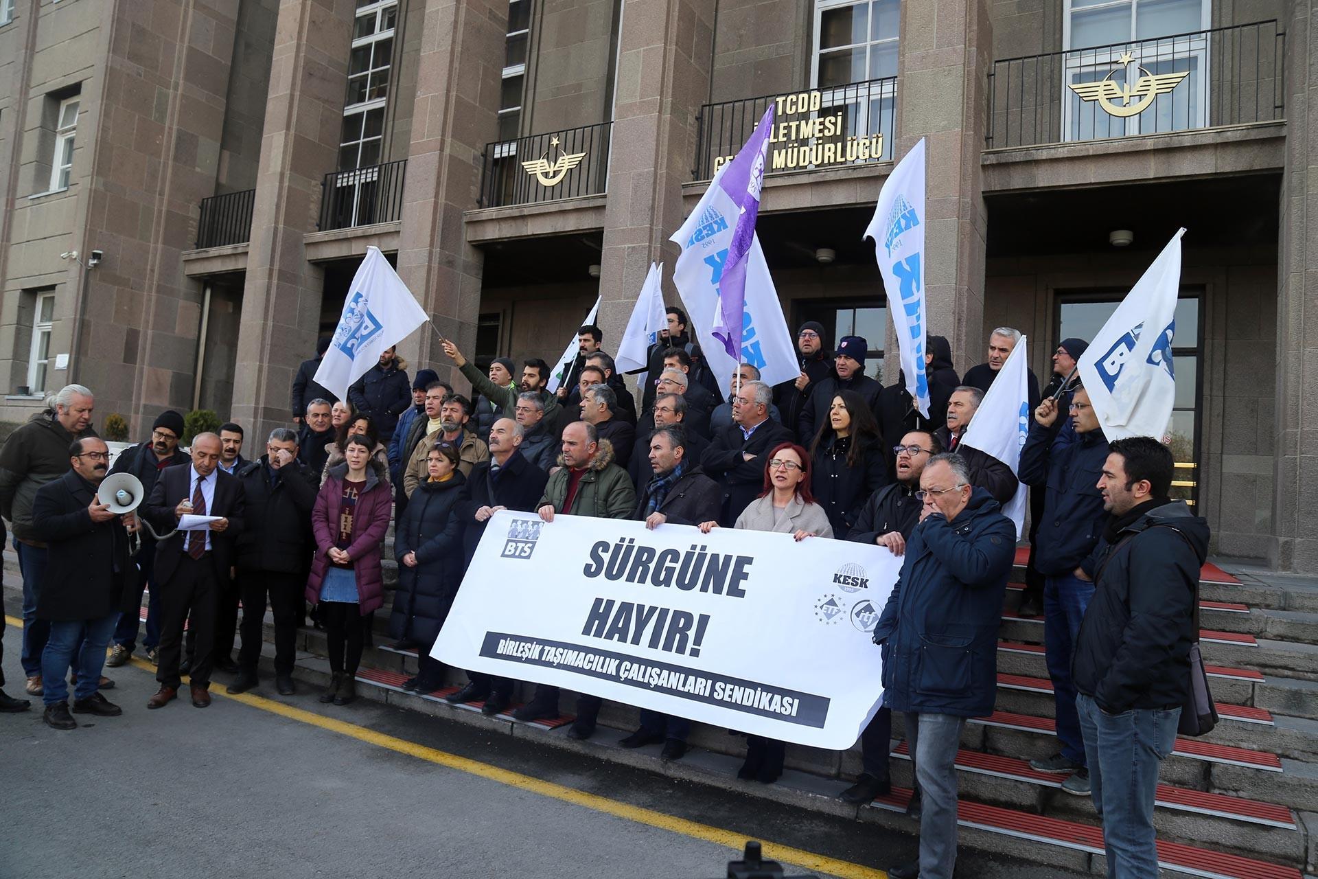 Birleşik Taşımacılık Çalışanları Sendikası üyeleri Ünal Karadağ'ın sürgün edilmesi kararına tepki göstermek üzere TCDD Genel Müdürlüğü binası önünde basın açıklaması yaparken.