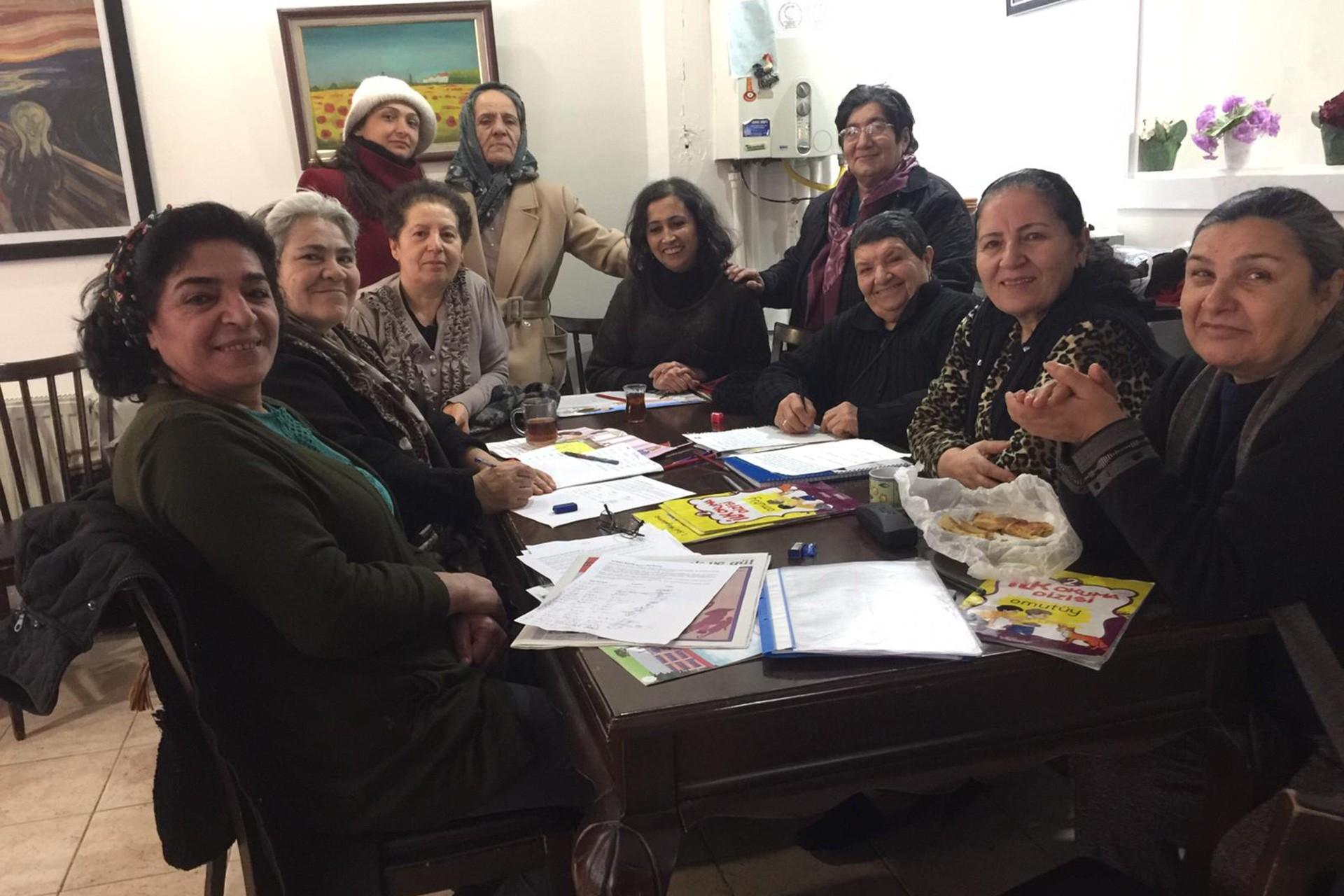 Tuzluçayır Kadınları Dayanışma Derneği'nde okuma yazma öğrenen kadınlar