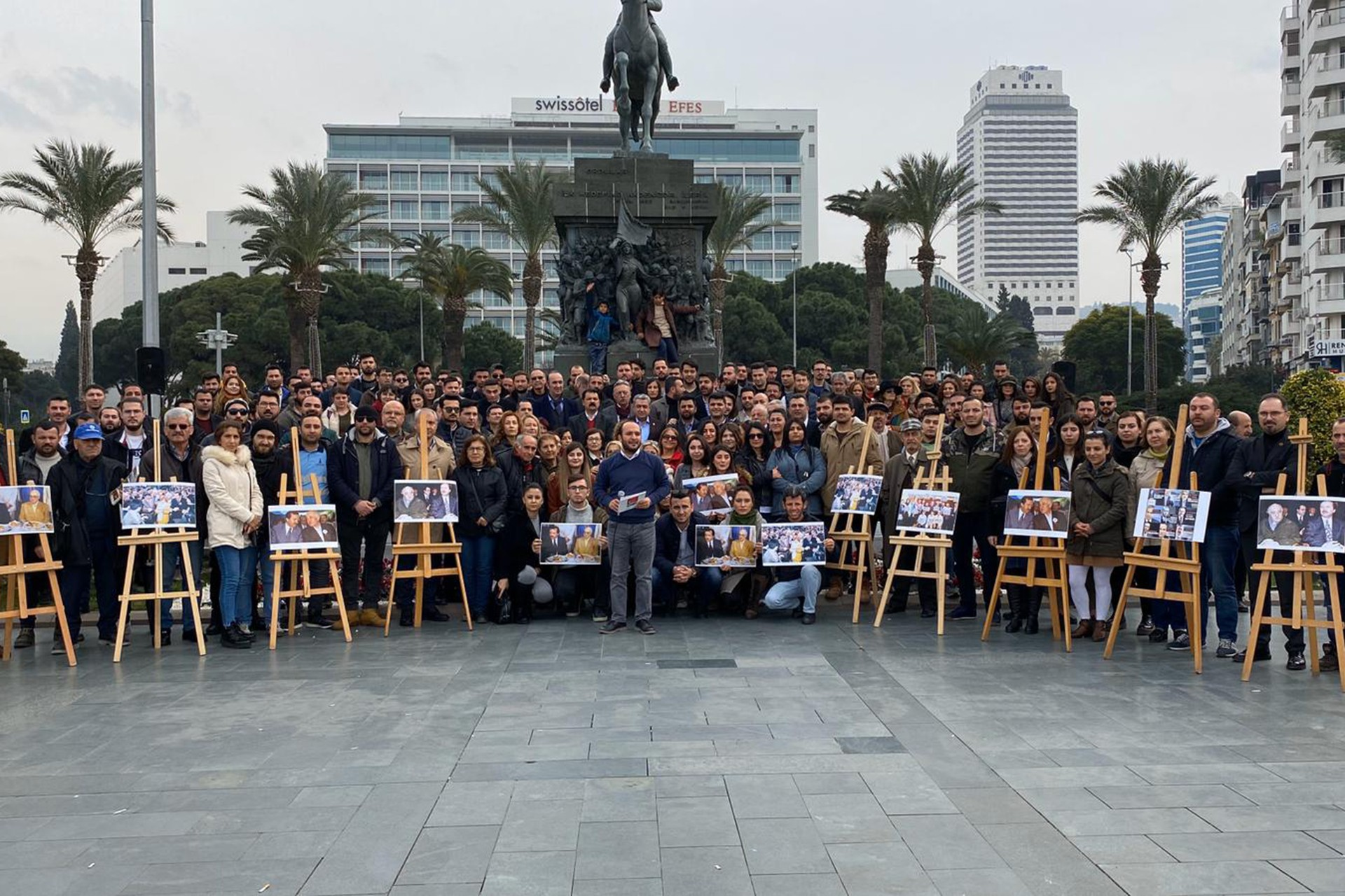 CHP İzmir İl Gençlik Kolları basın açıklaması düzenliyor
