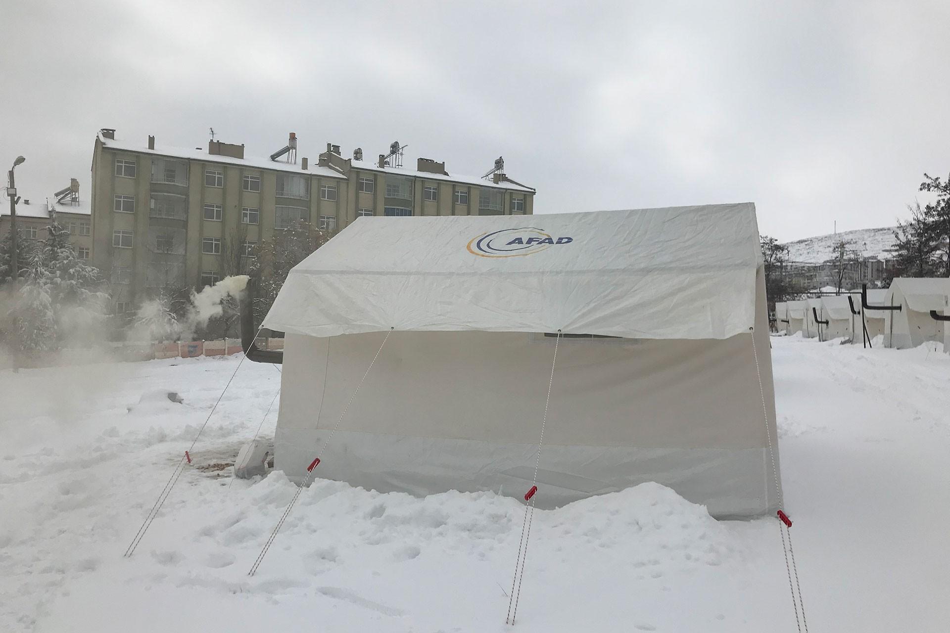 Karların içine kurulan AFAD çadırı