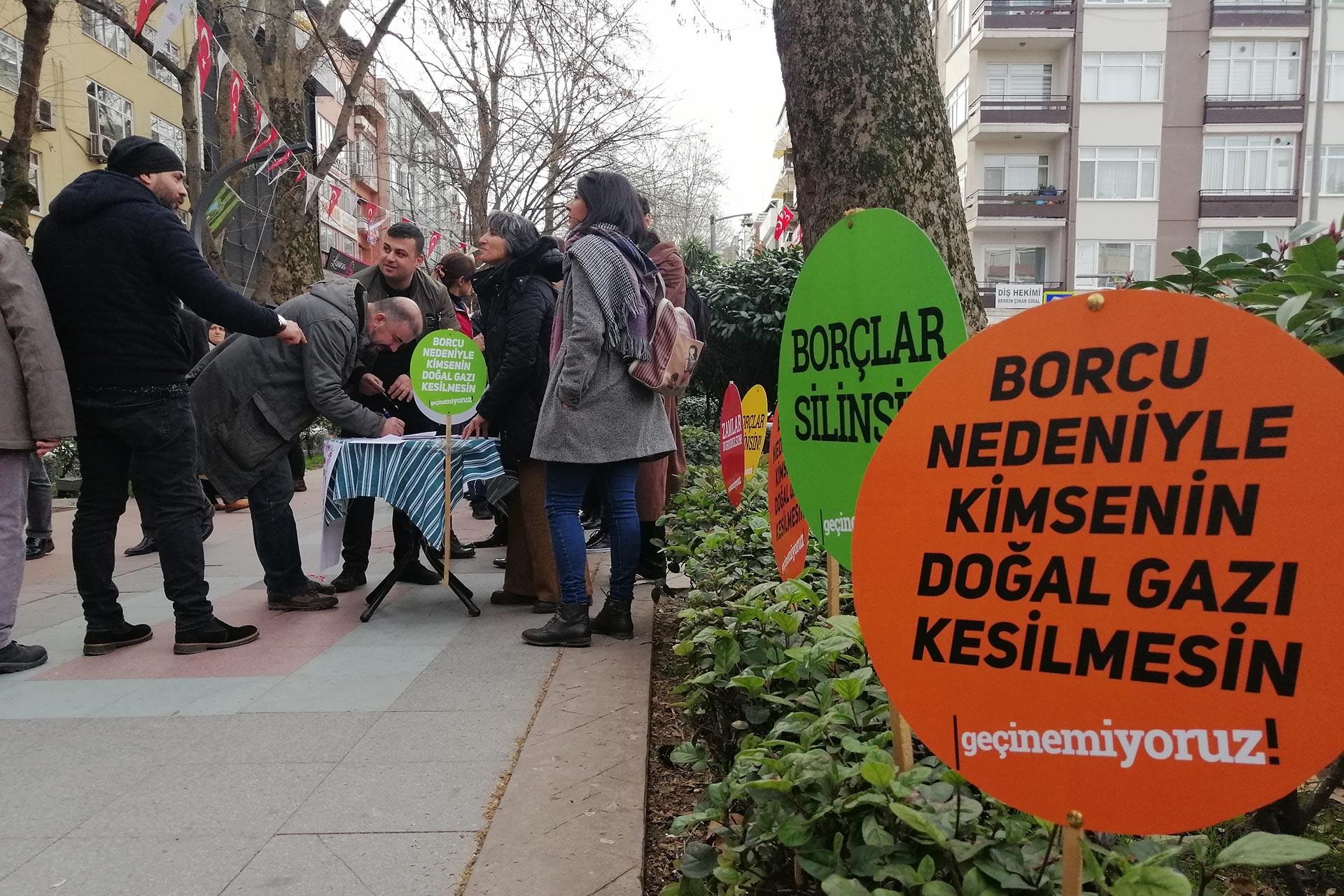 Koaceli'de emekçiler 'Zamlar durdurulsun, borçlar silinsin' talebiyle imza kampanyası başlattı.