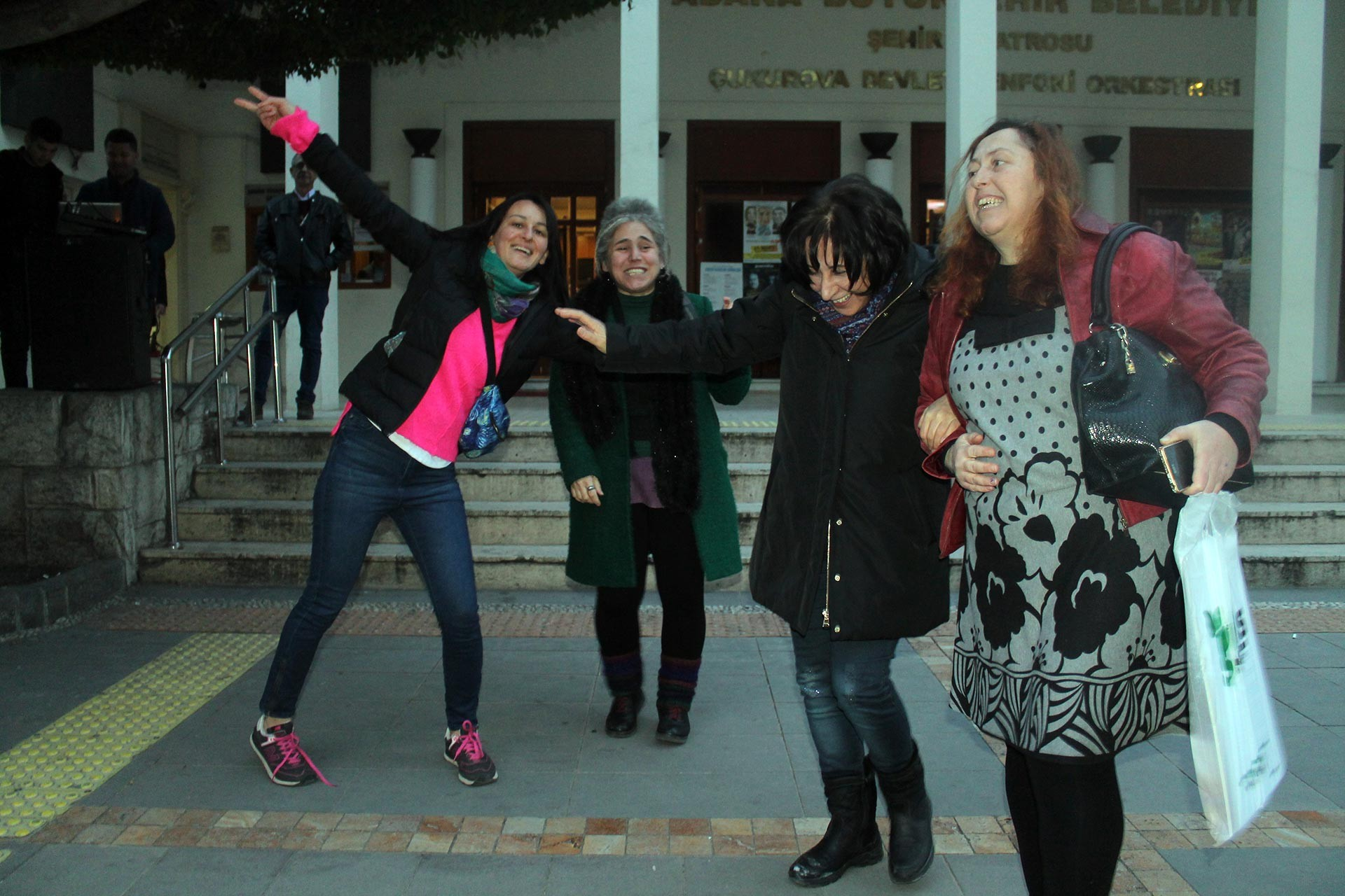 Adana'da kadınlar bin kadın ayağa kalkıyor eylemlerine destek verdi.