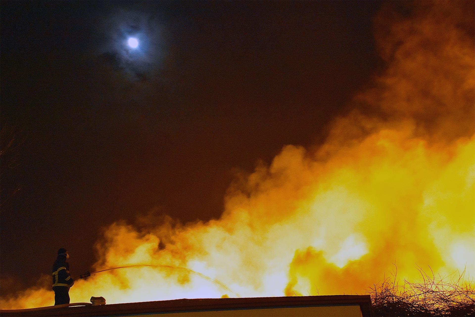 Fabrikada çıkan yangını söndürme çalışmaları
