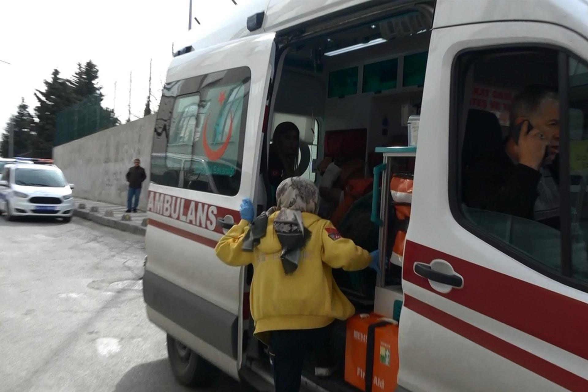 Ambulansa binen sağlık görevlisi