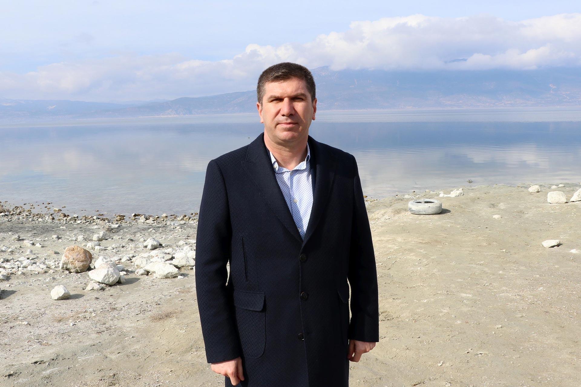 Çekilen Burdur Gölü'nün önünde duran Burdur Belediye Başkanı Ali Orkun Ercengiz