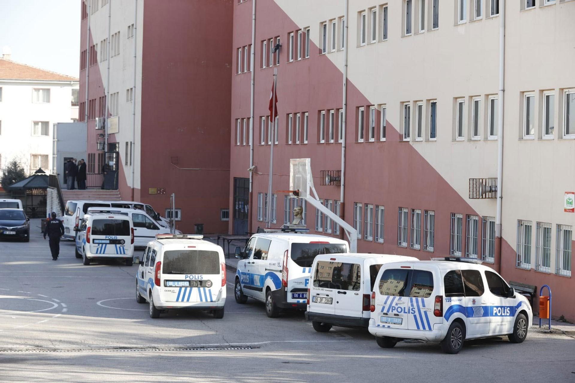 Şehit Velit Bekdaş Anadolu Lisesinin bahçesi ve polis araçları