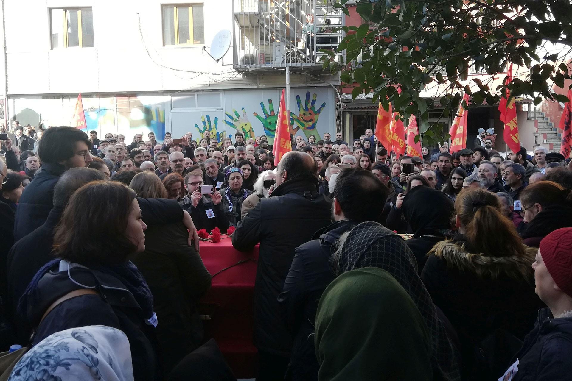 Cemal Dursun'un cenaze törenine katılanlar, konuşma yapan Levent Tüzel (ortada)