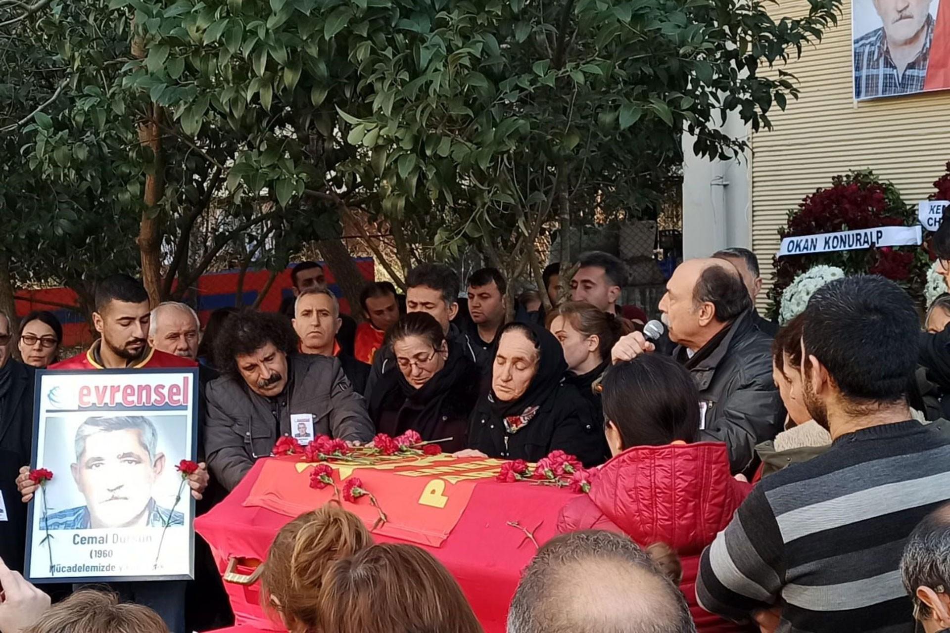 Cemal Dursun'un tabutunun başında bekleyen ailesi ve yoldaşları ile EMEP Genel Başkan Yardımcısı Levent Tüzel (sağda)