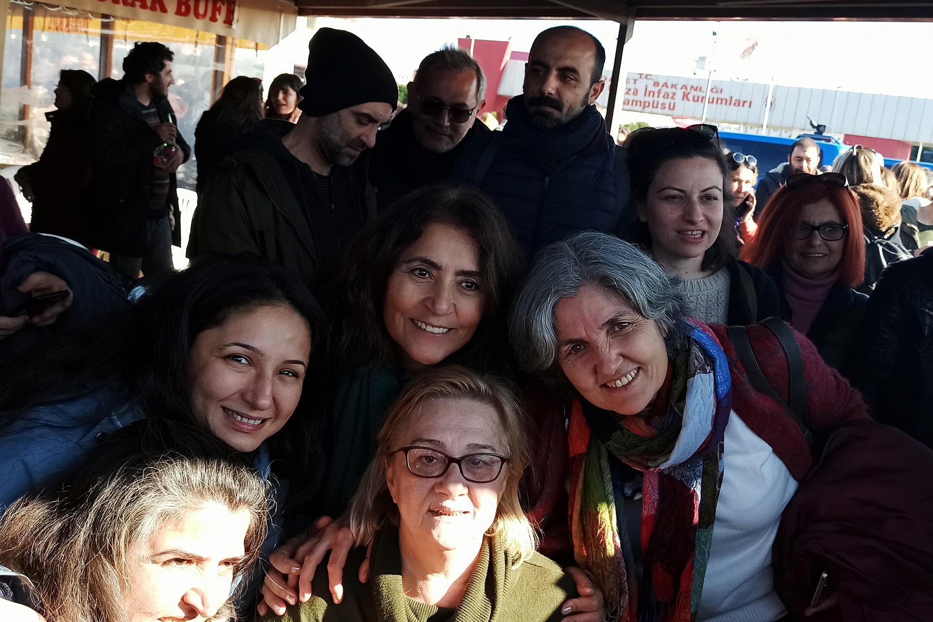 Mücella Yapıcı duruşma sonrası destek verenlerle birlikte