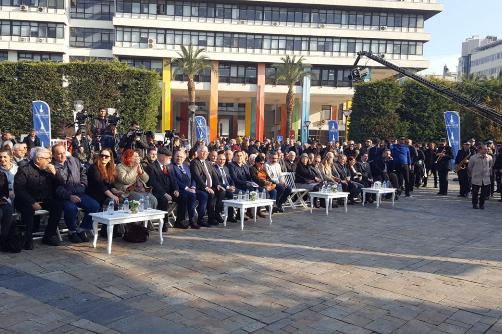 İzmir Büyükşehir Belediyesi Konak Meydanı'nda dijital girişimi olan Bizİzmir uygulamasını tanıtırken