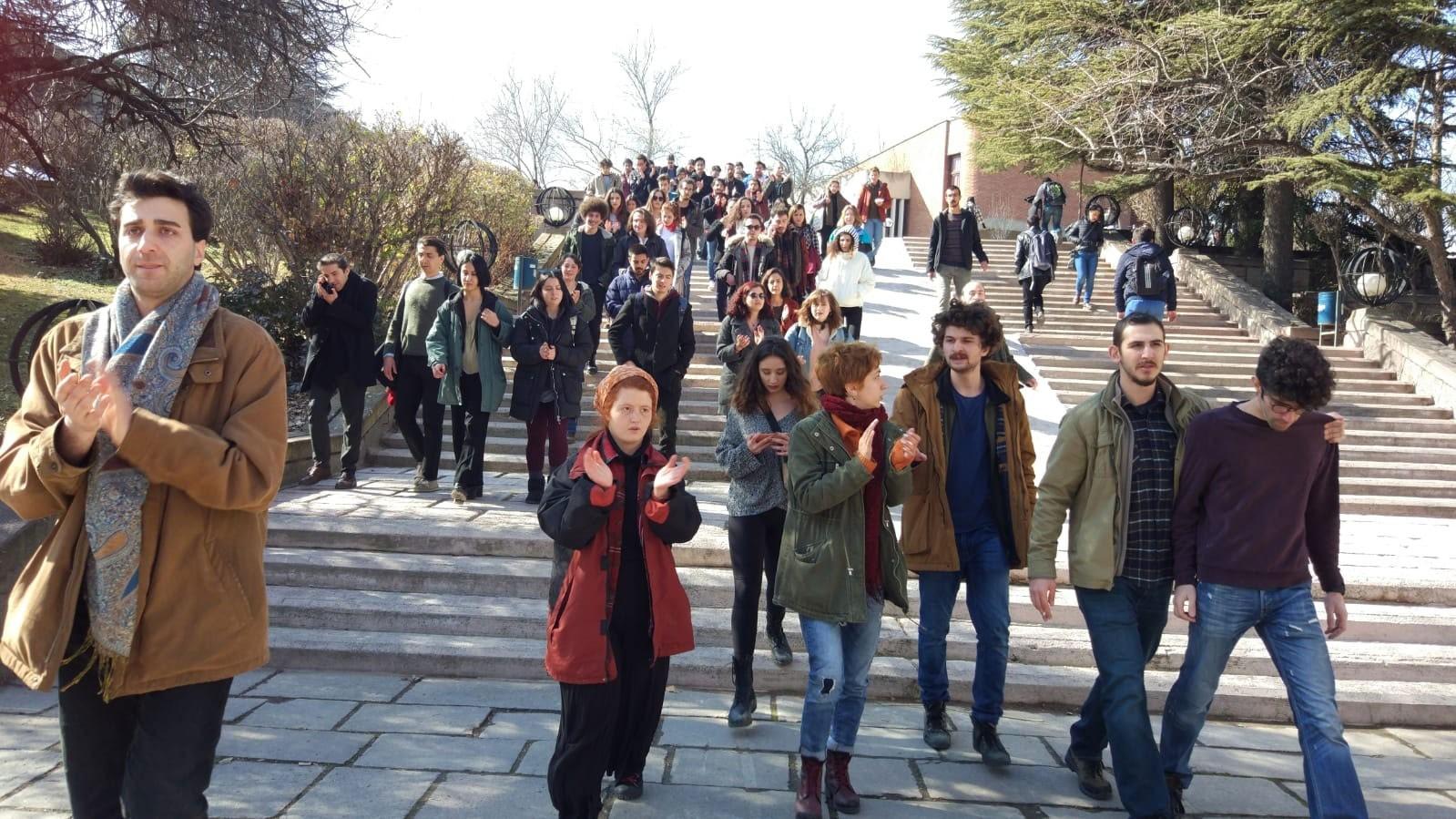 ODTÜ'de rektörlüğe doğru yürüyen öğrenciler.