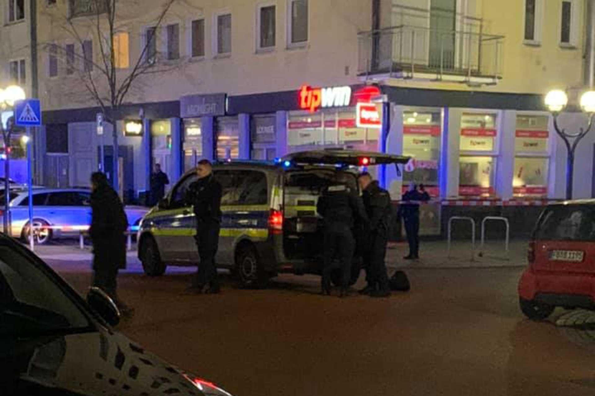 Almanya'da polis, silahlı saldırının gerçekleştiği nargile kafe önünde inceleme yaptı.