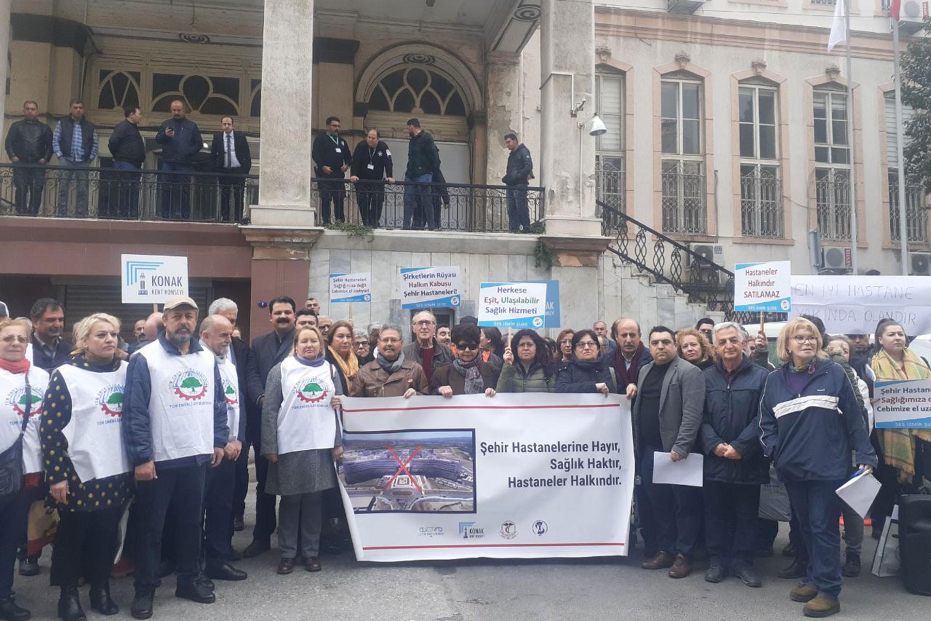 İzmir'de kitle örgütleri şehir hastanelerine karşı basın açıklaması yaparken