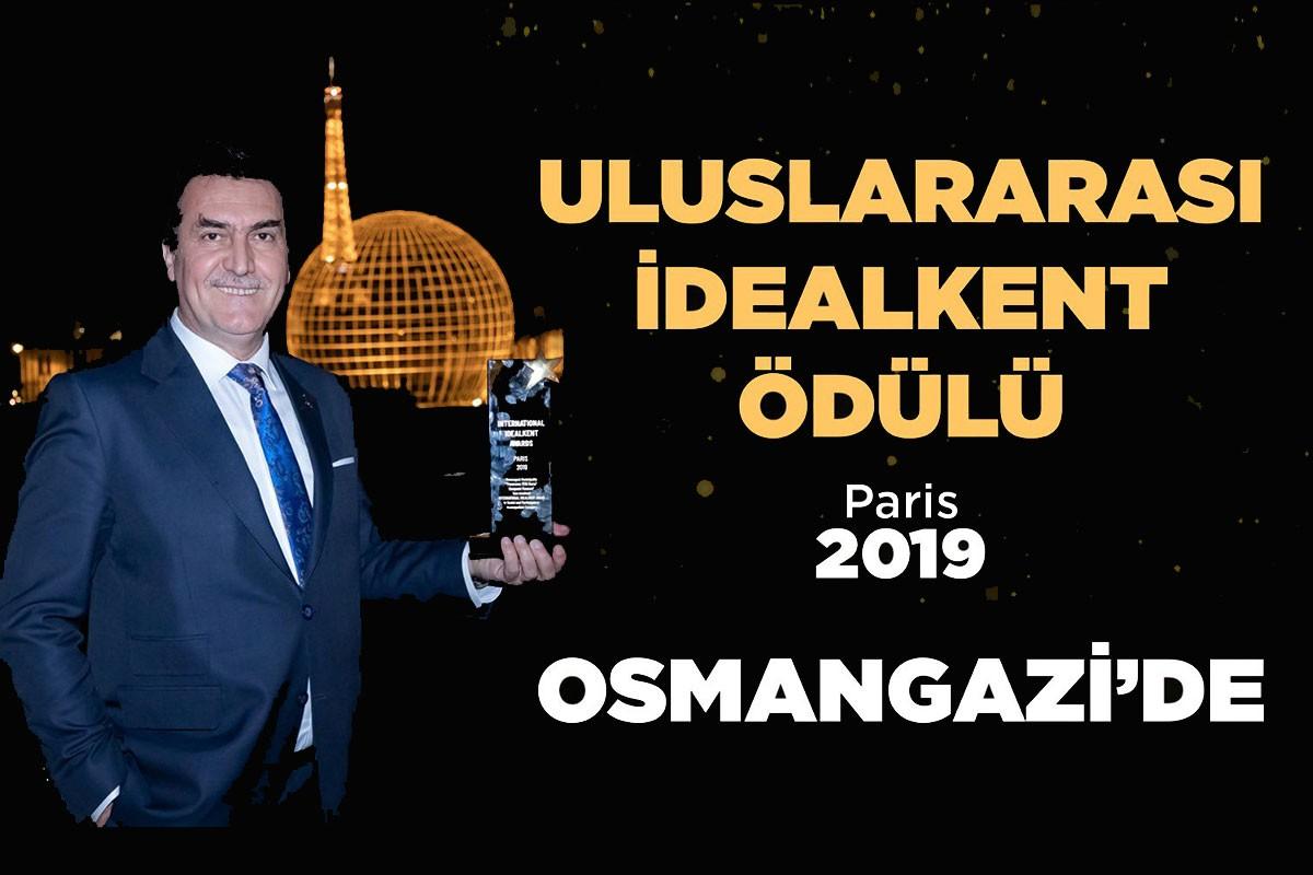 Osmangazi Belediye Başkanı Mustafa Dündar'ın Paris'te aldığı ödülle verdiği poz.