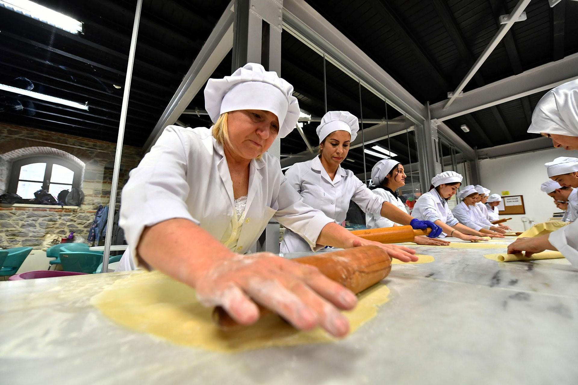 Hamur açan kadın işçiler.