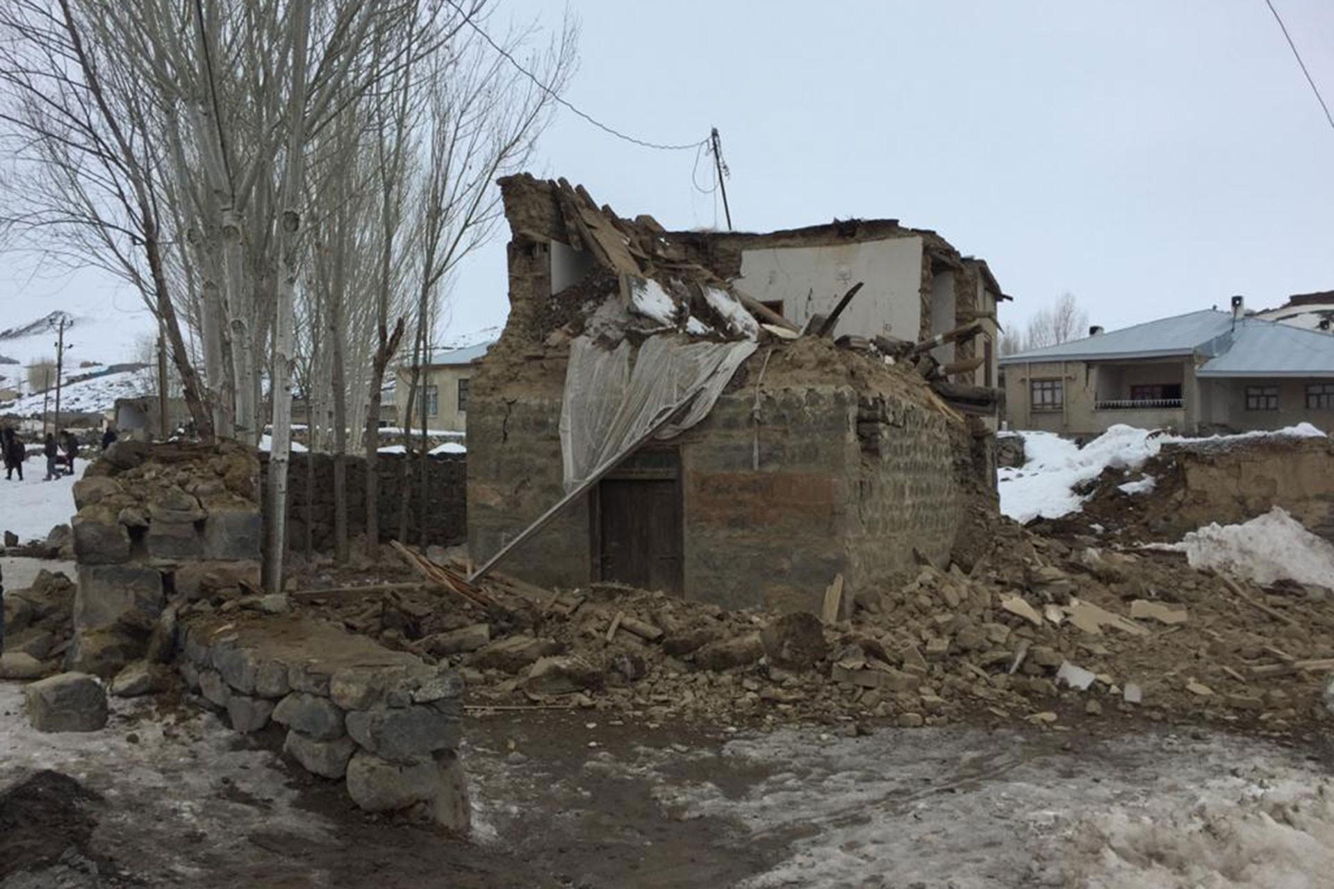 Van'da yıkılan bir ev