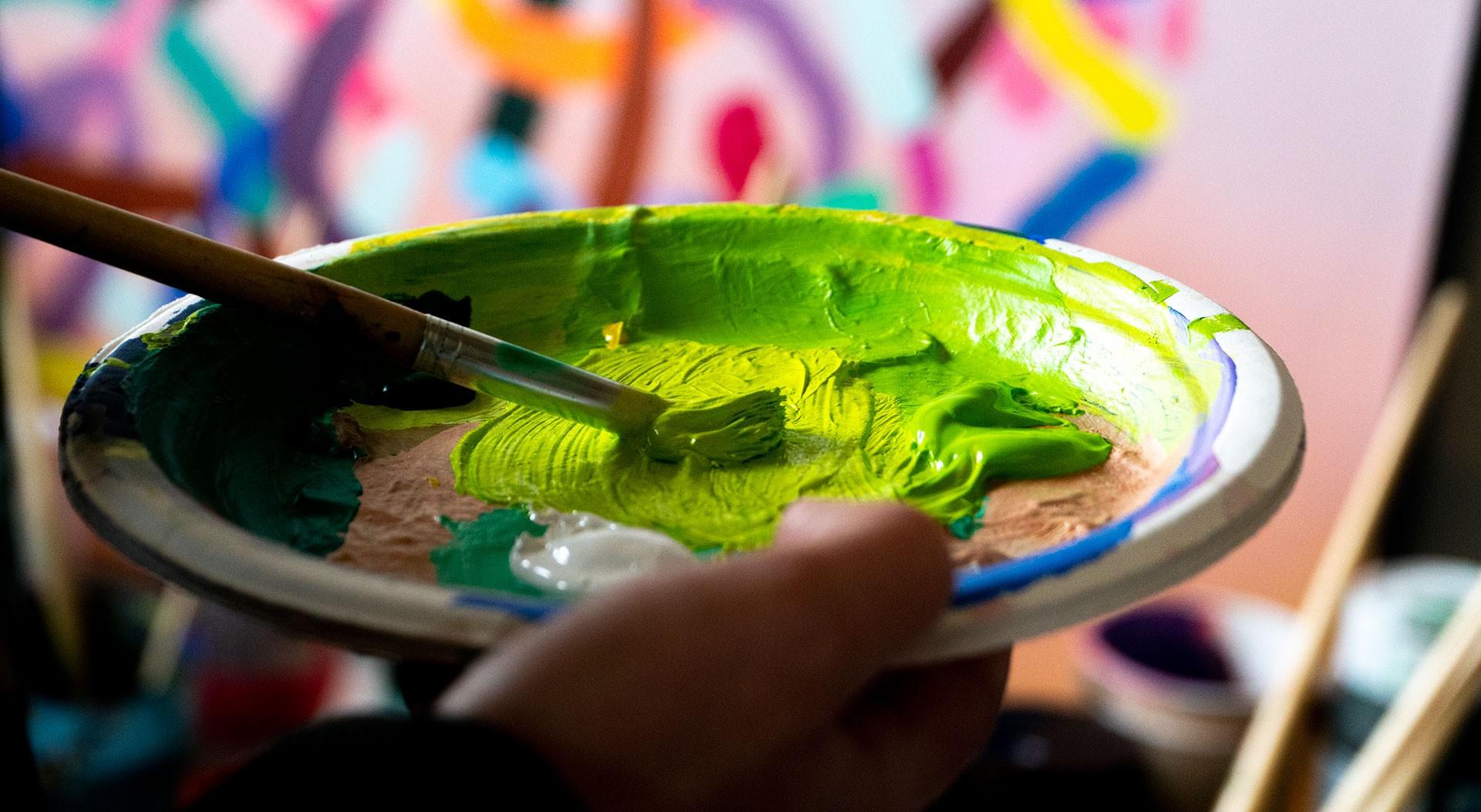 Fıstık yeşili tonunda boya hazırlıyor.