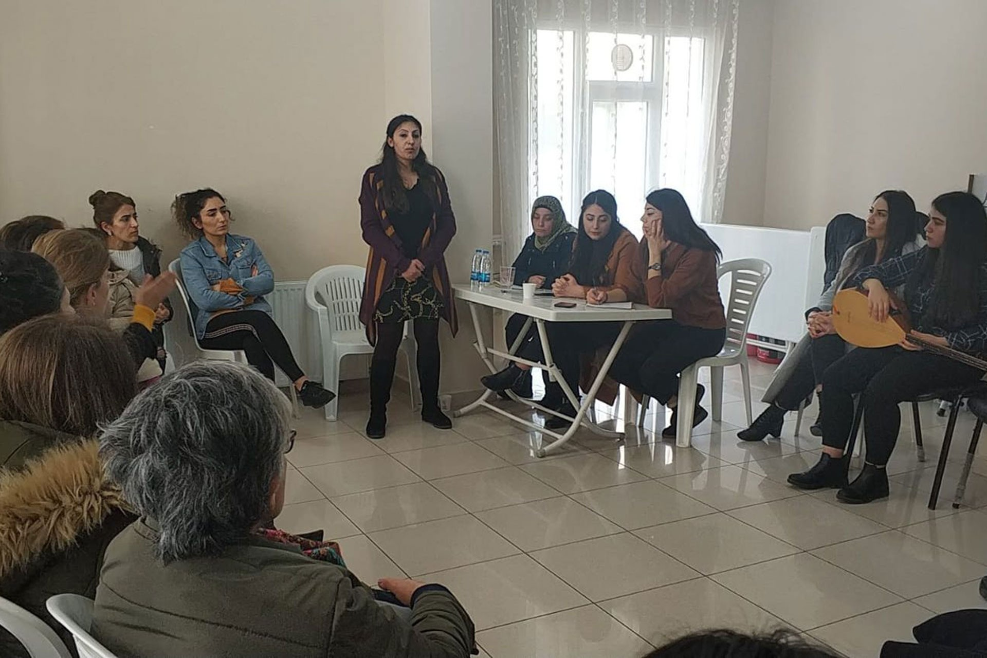 Esenyalı Kadın Dayanışma Derneğindeki etkinliğe katılan kadınlar ve Adile Doğan (ayakta)