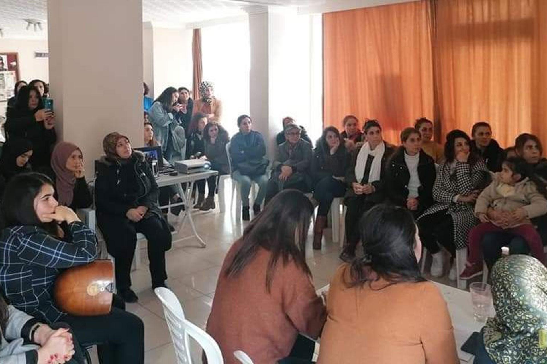 Esenyalı Kadın Dayanışma Derneğindeki etkinliğe katılan işçi ve emekçi kadınlar
