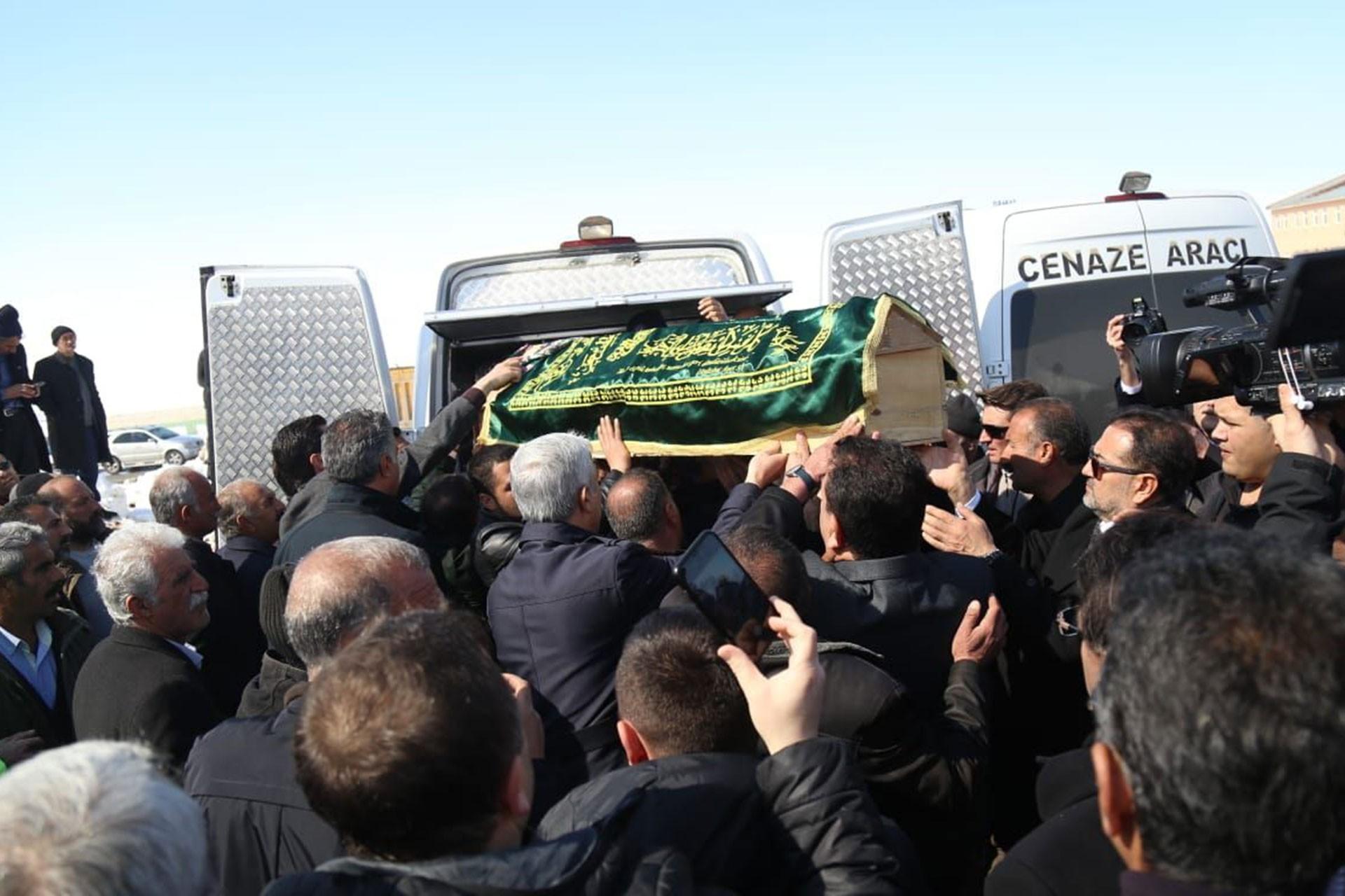 Depremde yaşamını yitirenlerin cenazesi, tabutu taşıyan insanlar