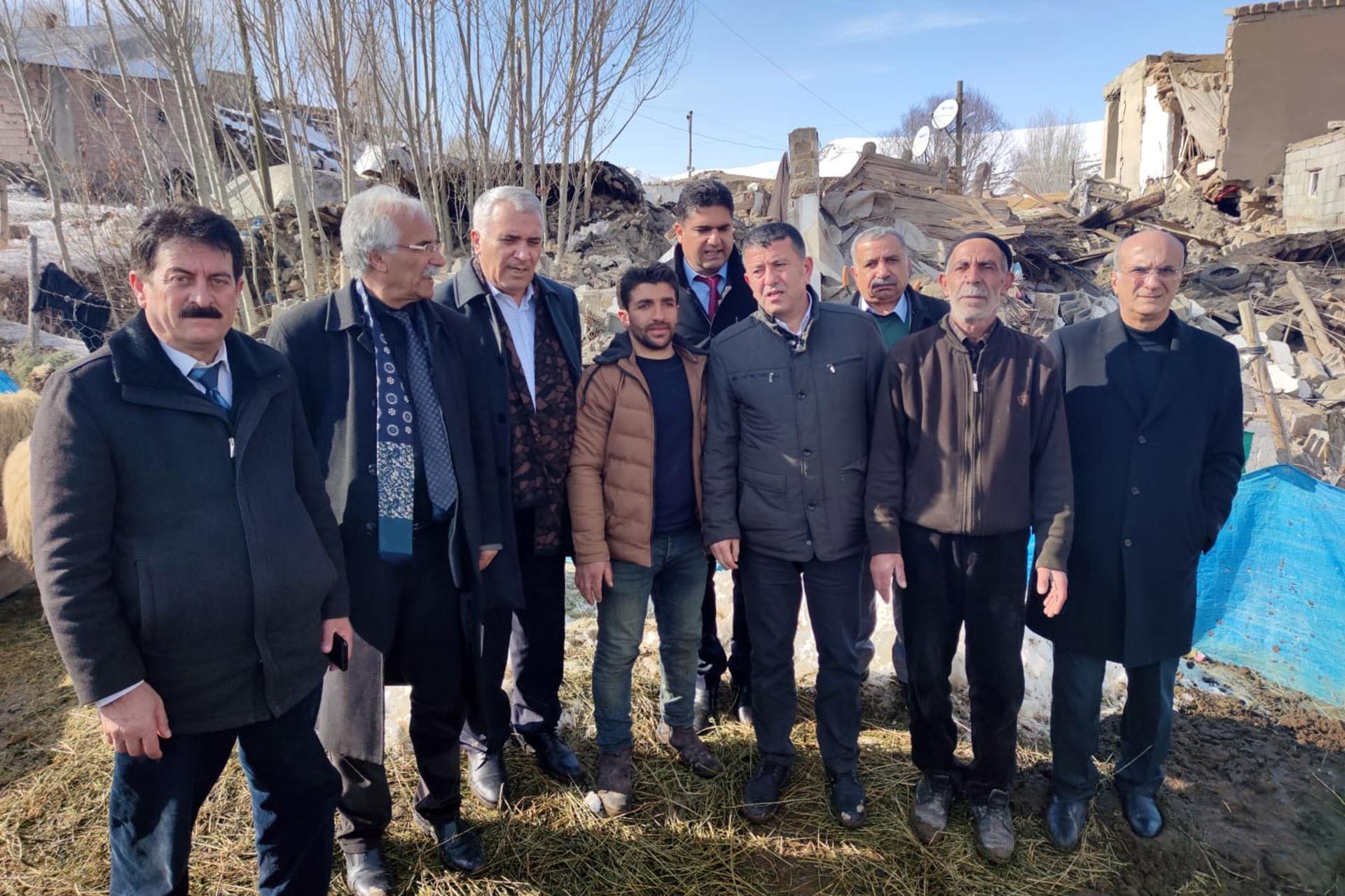 CHP heyeti köylülerle görüşüyor