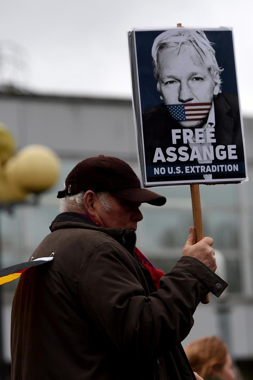 Belmarsh Hapishanesi önünde Assange'a destek gösterisi düzenledi