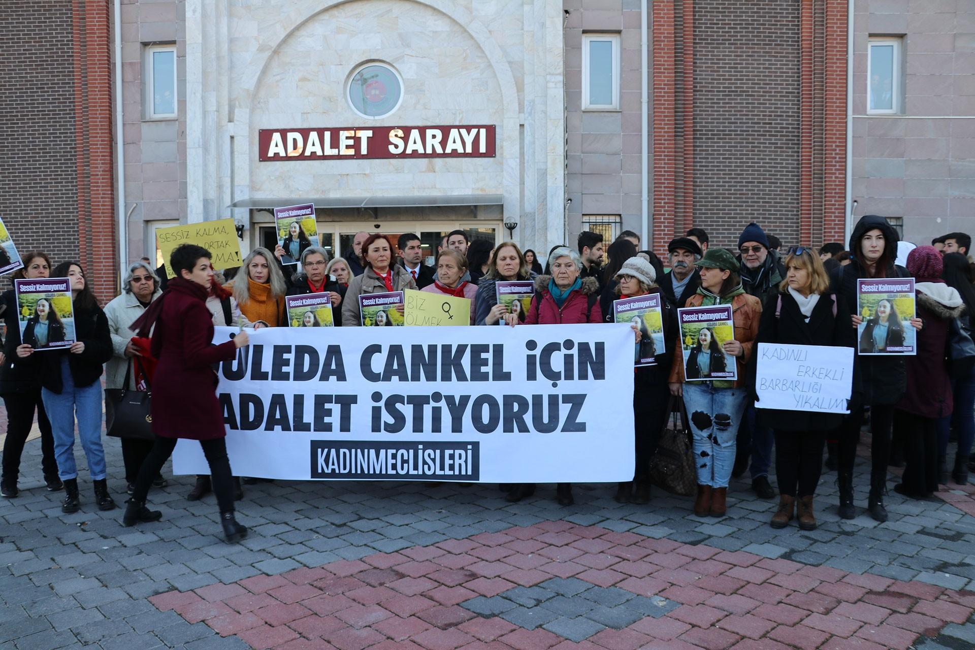 Güleda Cankel davası için Isparta Adalet Sarayı önünde toplanan kadınlar
