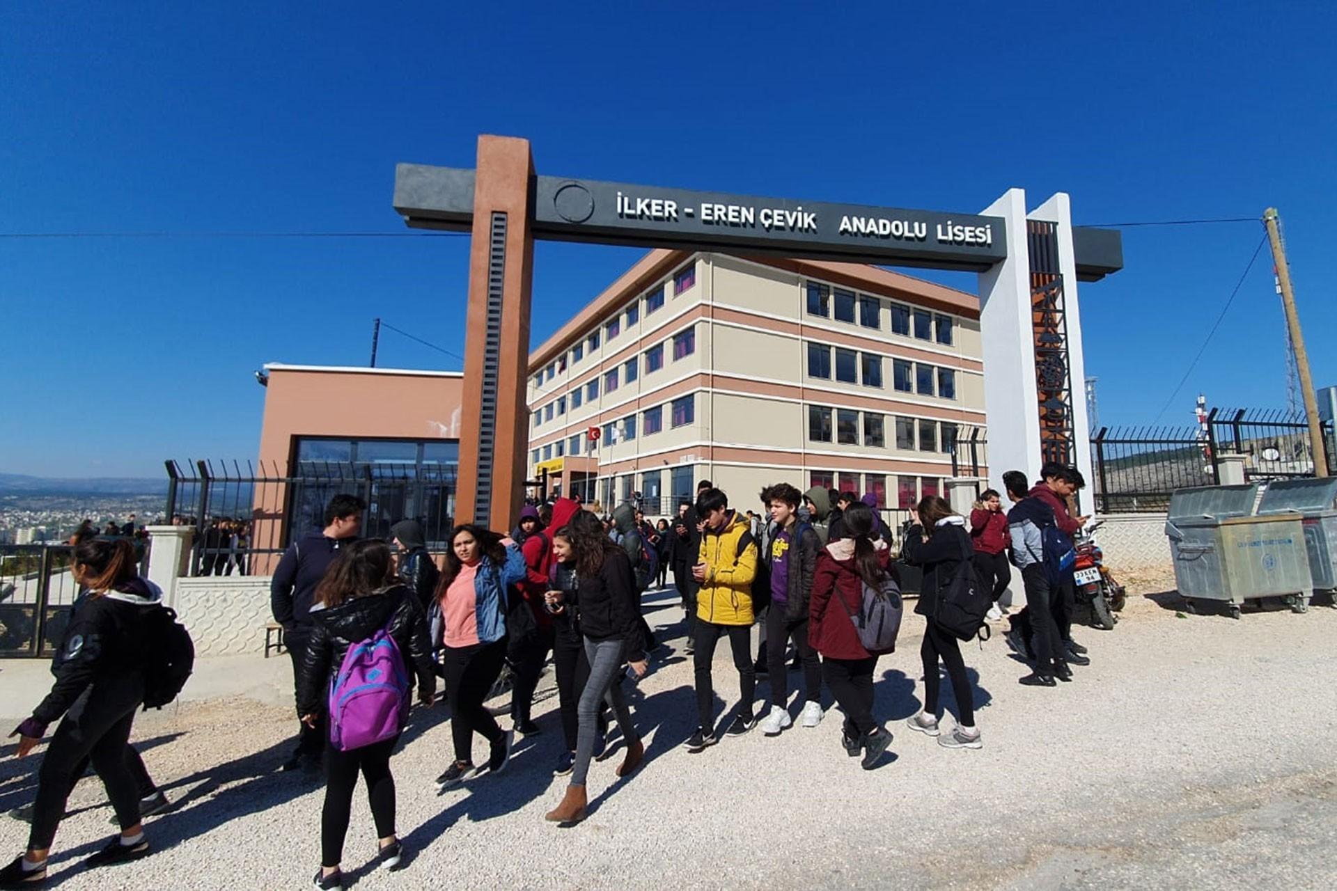 İlker Eren Çevik Anadolu Lisesi önünde bekleyen öğrenciler