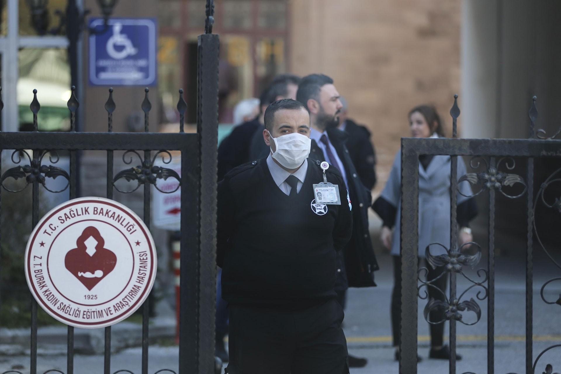 Dr. Zekai Tahir Burak Hastanesinin önünde bir güvenlik görevlisi