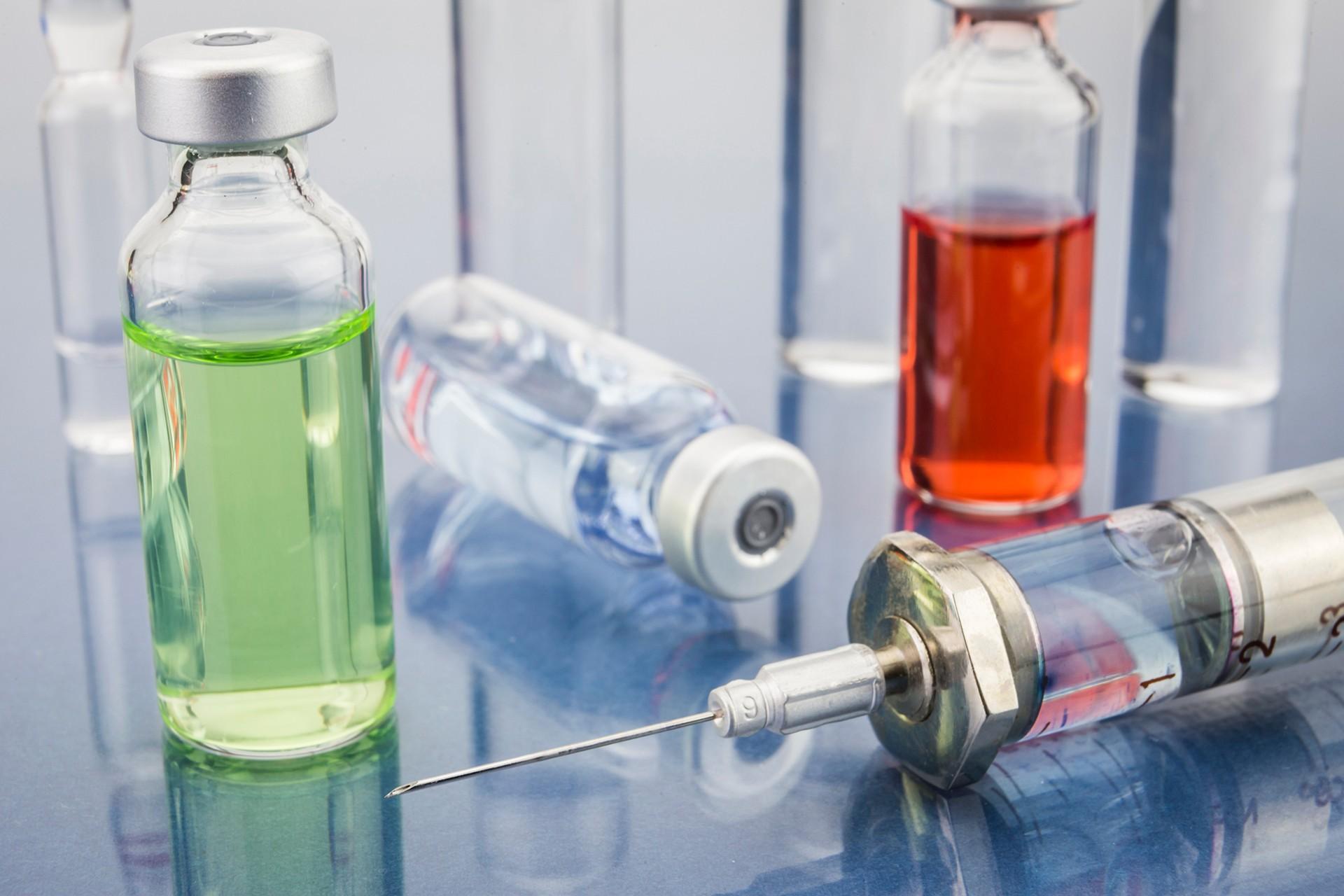İlaç şişeleri ve enjeksiyon