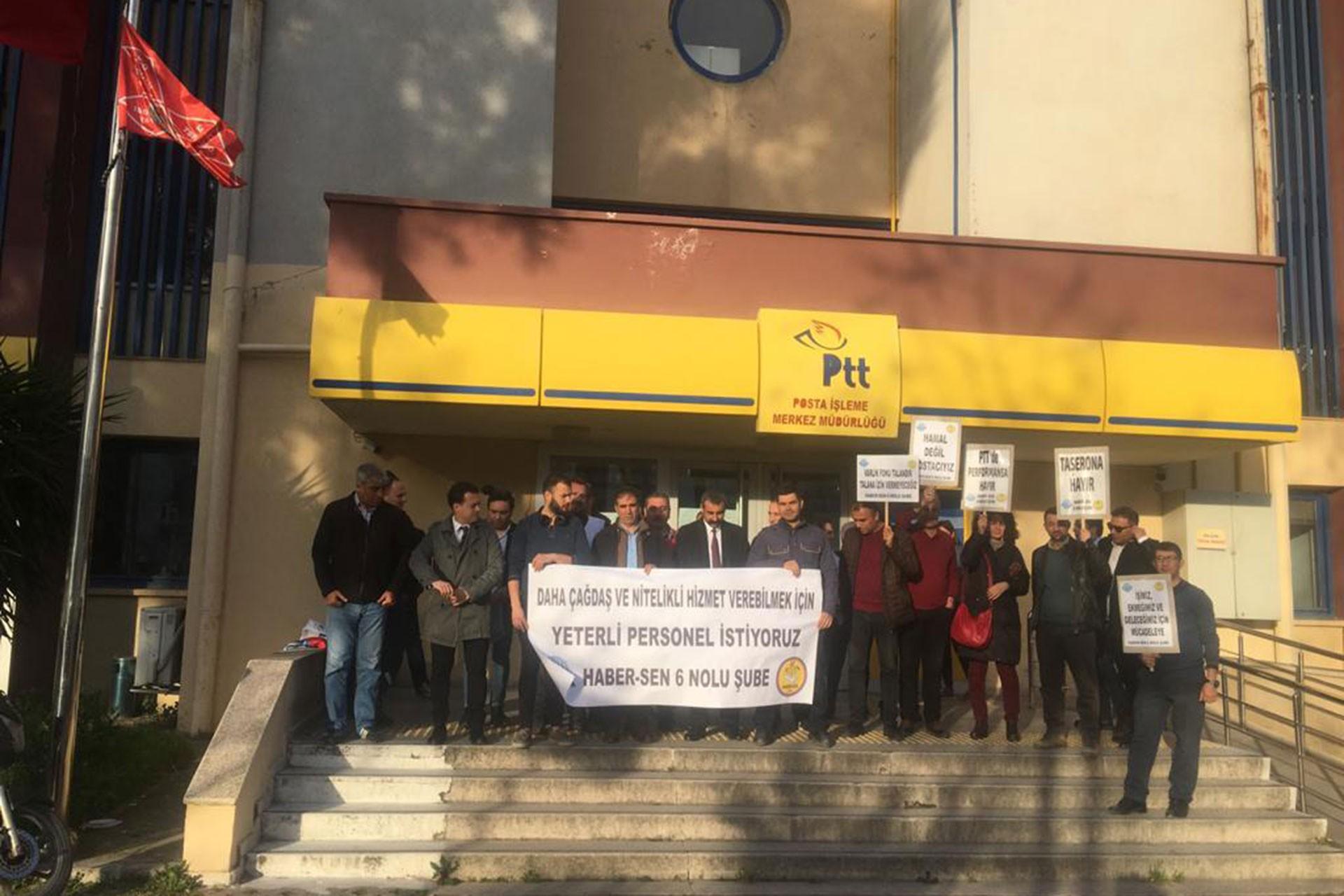 Haber Sen İzmir Şubesi personel eksikliğinin giderilmesi için PTT merkez dağıtım müdürlüğü önünde açıklama yaparken